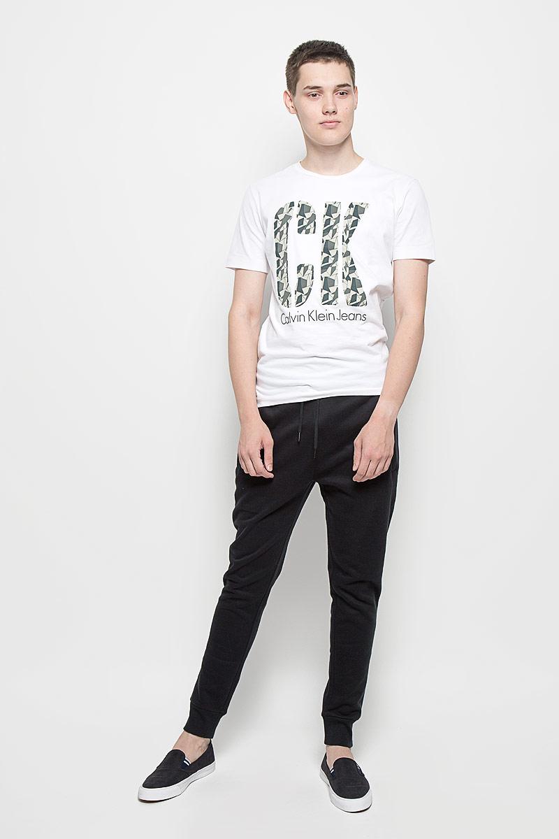 Брюки спортивные мужские Calvin Klein Jeans, цвет: черный. J30J300653. Размер XL (54)J30J300653Мужские спортивные брюки Calvin Klein Jeans идеально подойдут для активного отдыха или занятий спортом. Изготовленные из хлопка с добавлением полиэстера, они приятные на ощупь, не сковывают движения и хорошо пропускают воздух. Трикотажная часть изделия выполнена с добавлением эластана. Изнаночная сторона с мягким теплым начесом. Брюки на талии дополнены широкой эластичной резинкой и затягивающимся шнурком, что обеспечивает удобную посадку изделия на фигуре. Спереди расположены два прорезных кармана на застежках-молниях, сзади - один на кнопке. Низ брючин дополнен широкими трикотажными манжетами. Украшена модель вышитым логотипом бренда. Спортивные брюки займут достойное место в вашем гардеробе, в них вам будет удобно и комфортно!