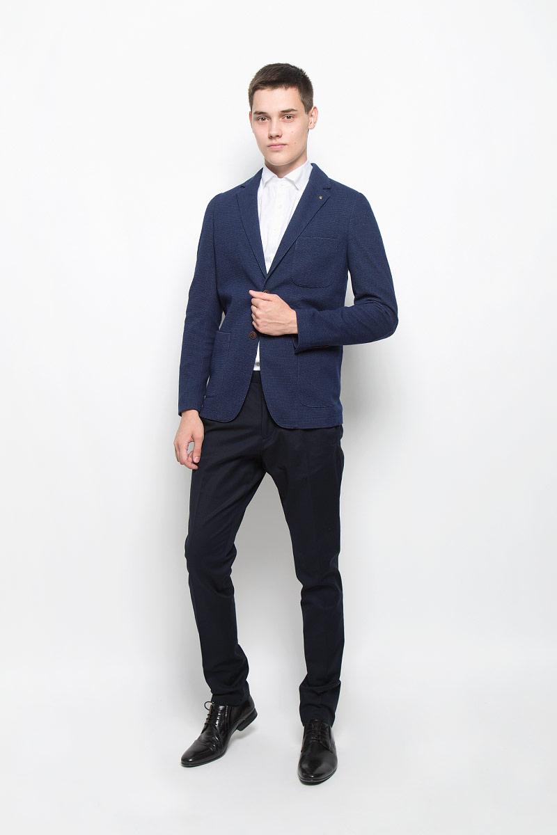Пиджак мужской Mexx, цвет: темно-синий. MX3023598. Размер M (50)MX3023598Стильный мужской пиджак Mexx изготовлен из высококачественного материала, обеспечивающего комфорт и удобство при носке. Ткань тактильно приятная, хорошо пропускает воздух. Подкладка изделия выполнена из гладкой ткани.Пиджак с длинными рукавами и отложным воротником с лацканами застегивается на две пуговицы. Модель оснащенанакладным карманом на груди и двумя вместительными накладными карманами в нижней части изделия.Внутри расположен один прорезной карман, который застегивается на кнопку. Рукава дополнены декоративными заплатками, по низу оформлены пуговицами. На спинке пиджака предусмотрена одиночная центральная шлица. Изделие украшено съемным декоративным элементом с логотипом бренда.Пиджак - неотъемлемый предмет одежды в гардеробе преуспевающего мужчины. Это символ респектабельности и стиля, успешности и целеустремленности.Этот модный пиджак станет отличным дополнением к вашему гардеробу.