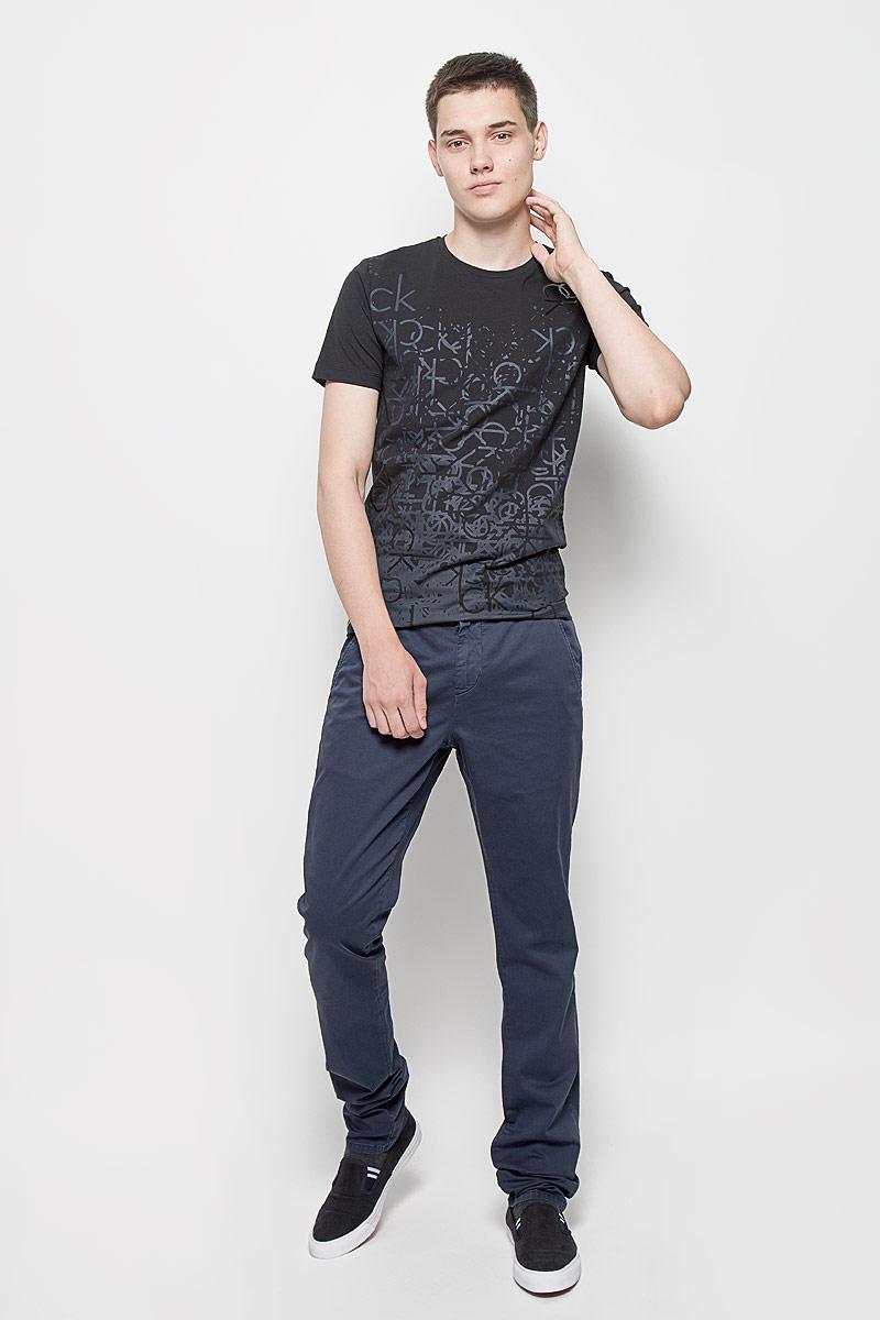 Брюки мужские Calvin Klein Jeans, цвет: темно-синий. J3EJ303151. Размер 36 (56/58)12.014878Стильные мужские брюки Calvin Klein Jeans, выполненные из хлопка с добавлением эластана, отлично дополнят ваш образ. Ткань изделия тактильно приятная, позволяет коже дышать.Брюки застегиваются на пуговицу и имеют ширинку на застежке-молнии. На поясе предусмотрены шлевки для ремня. Спереди модель дополнена двумя втачными карманами со скошенными краями, сзади - двумя прорезными с застежками-пуговицами. Украшено изделие металлической пластиной с названием бренда.Высокое качество кроя и пошива, актуальный дизайн и расцветка придают изделию неповторимый стиль и индивидуальность. Модель займет достойное место в вашем гардеробе!