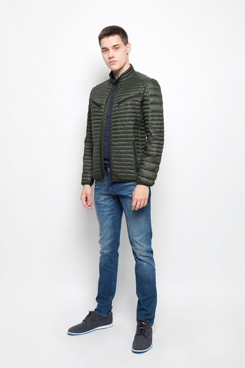 Куртка мужская Mexx, цвет: темно-зеленый. MX3000575. Размер L (52)MX3000575Стильная и легкая мужская куртка Mexx отлично подойдет для прохладной погоды. Куртка с воротником-стойкой, оформленная стеганой отстрочкой, застегивается на застежку-молнию. Модель дополнена втачными карманами на застежках-молниях. Воротник изделия дополнен кнопкой Эта модная куртка послужит отличным дополнением к вашему гардеробу.
