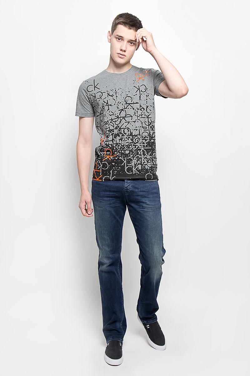Джинсы мужские Calvin Klein Jeans, цвет: темно-синий. J30J301047. Размер 32 (48/50)2883300200Мужские джинсы Calvin Klein Jeans, выполненные из хлопка с добавлением эластана, отлично дополнят ваш образ. Ткань изделия тактильно приятная, не стесняет движений, позволяет коже дышать.Джинсы застегиваются в поясе на пуговицу и имеют ширинку на застежках-пуговицах. На модели предусмотрены шлевки для ремня. Спереди джинсы дополнены двумя втачными карманами и одним маленьким накладным, сзади - двумя накладными карманами. Оформлено изделие эффектом потертости и перманентными складками, украшено металлической пластиной с логотипом бренда.Высокое качество кроя и пошива, актуальный дизайн и расцветка придают изделию неповторимый стиль и индивидуальность. Модель займет достойное место в вашем гардеробе!