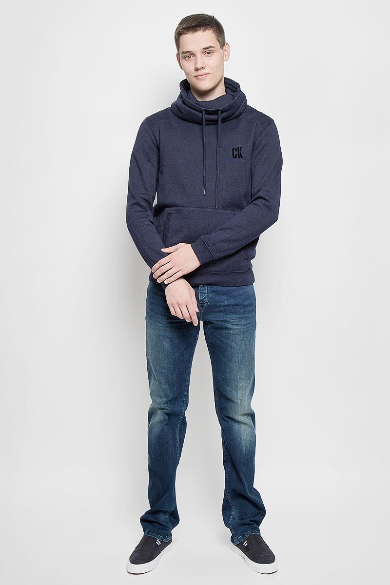 Толстовка мужская Calvin Klein Jeans, цвет: темно-синий. J30J300144. Размер XL (54)20054 RW Lt BlueСтильная мужская толстовка Calvin Klein Jeans, выполненная из хлопка с добавлением полиэстера, идеально подойдет для повседневной носки. Изделие тактильно приятное, не сковывает движения и хорошо пропускает воздух. Трикотажная часть изготовлена из эластичного хлопка. Изнаночная сторона толстовки с начесом.Толстовка с длинными рукавами имеет высокий воротник-хомут, дополненный по краю затягивающимся шнурком. Спереди расположен накладной карман-кенгуру. На рукавах предусмотрены эластичные манжеты. По низу изделия проходит широкая трикотажная резинка. На груди модель оформлена логотипом бренда. Современный дизайн, отличное качество и расцветка делают эту толстовку модным и стильным предметом мужской одежды. В ней вам будет тепло, уютно и комфортно!
