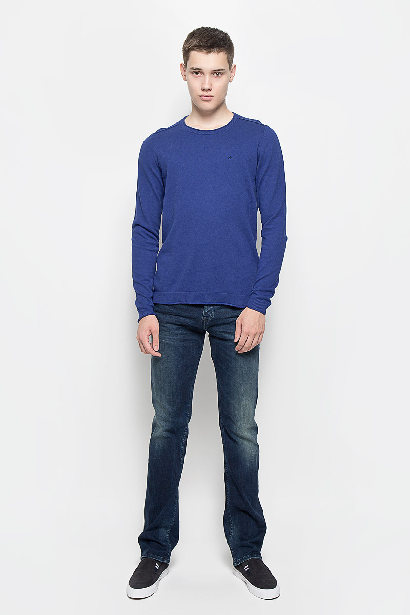 Джемпер мужской Calvin Klein Jeans, цвет: синий. J30J300657. Размер L (50/52)J30J300153Мужской джемпер Calvin Klein Jeans выполнен из необычайно мягкого и тактильно приятного материала. Изделие не стесняет движений, хорошо пропускает воздух.Джемпер с круглым вырезом горловины и длинными рукавами украшен нашивкой из искусственной кожи и вышитым логотипом бренда. Вырез горловины, манжеты и низ модели связаны резинкой с закрученными краями. Джемпер - идеальный вариант для создания образа в стиле Casual. Он подарит вам уют и комфорт в течение всего дня!