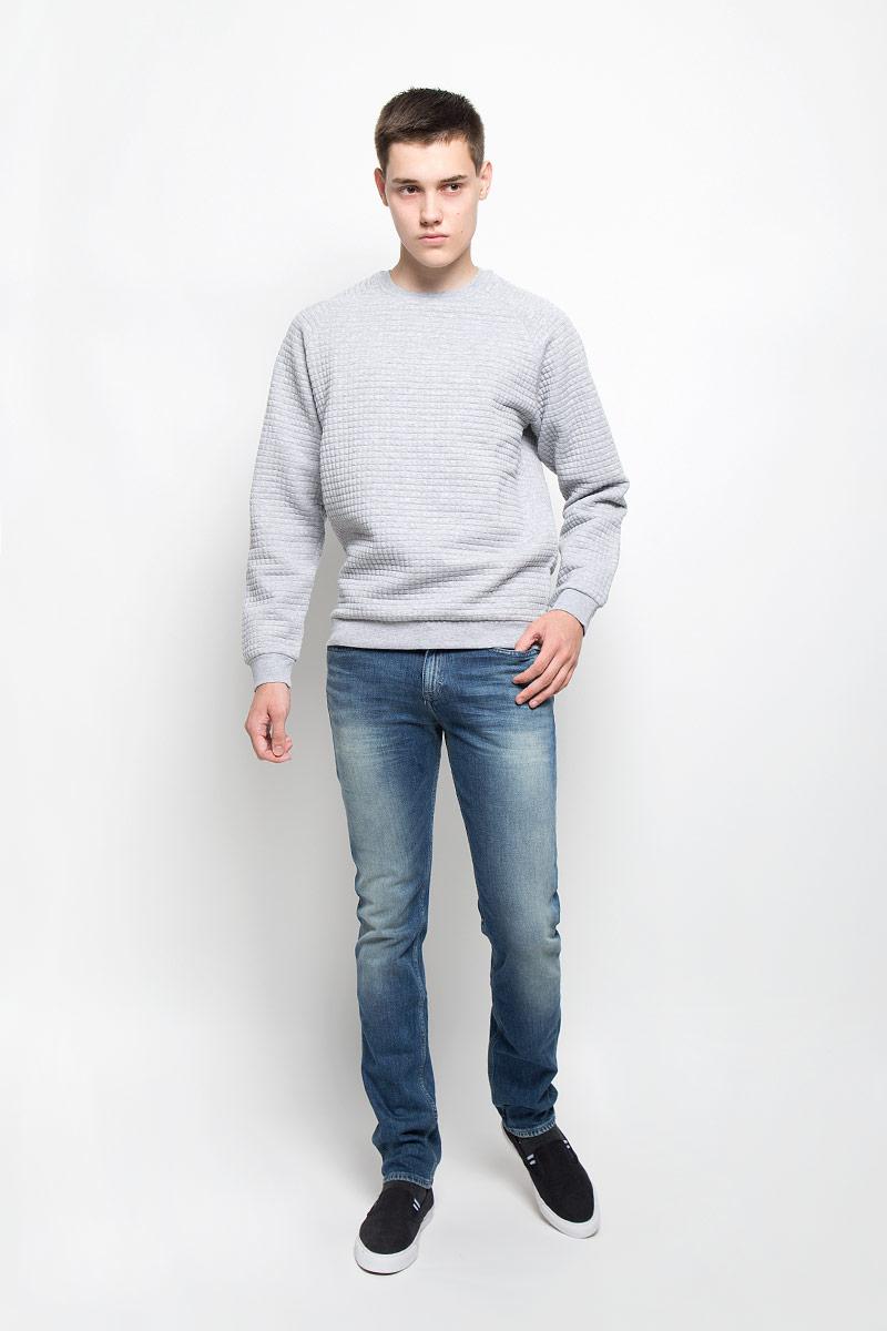 Джинсы мужские Calvin Klein Jeans, цвет: синий. J30J300915. Размер 30 (46)12.018589Мужские джинсы Calvin Klein Jeans займут достойное место в вашем гардеробе. Они изготовлены из эластичного хлопка, тактильно приятные, не стесняют движений, позволяют коже дышать.Джинсы-слим застегиваются на пуговицу и имеют ширинку на застежке-молнии. На поясе предусмотрены шлевки для ремня. Спереди джинсы дополнены двумя втачными карманами и одним маленьким накладным, сзади - двумя накладными карманами. Оформлено изделие эффектом потертости и перманентными складками, украшено металлической пластиной с логотипом бренда.Высокое качество кроя и пошива, актуальный дизайн и расцветка придают изделию неповторимый стиль и индивидуальность.