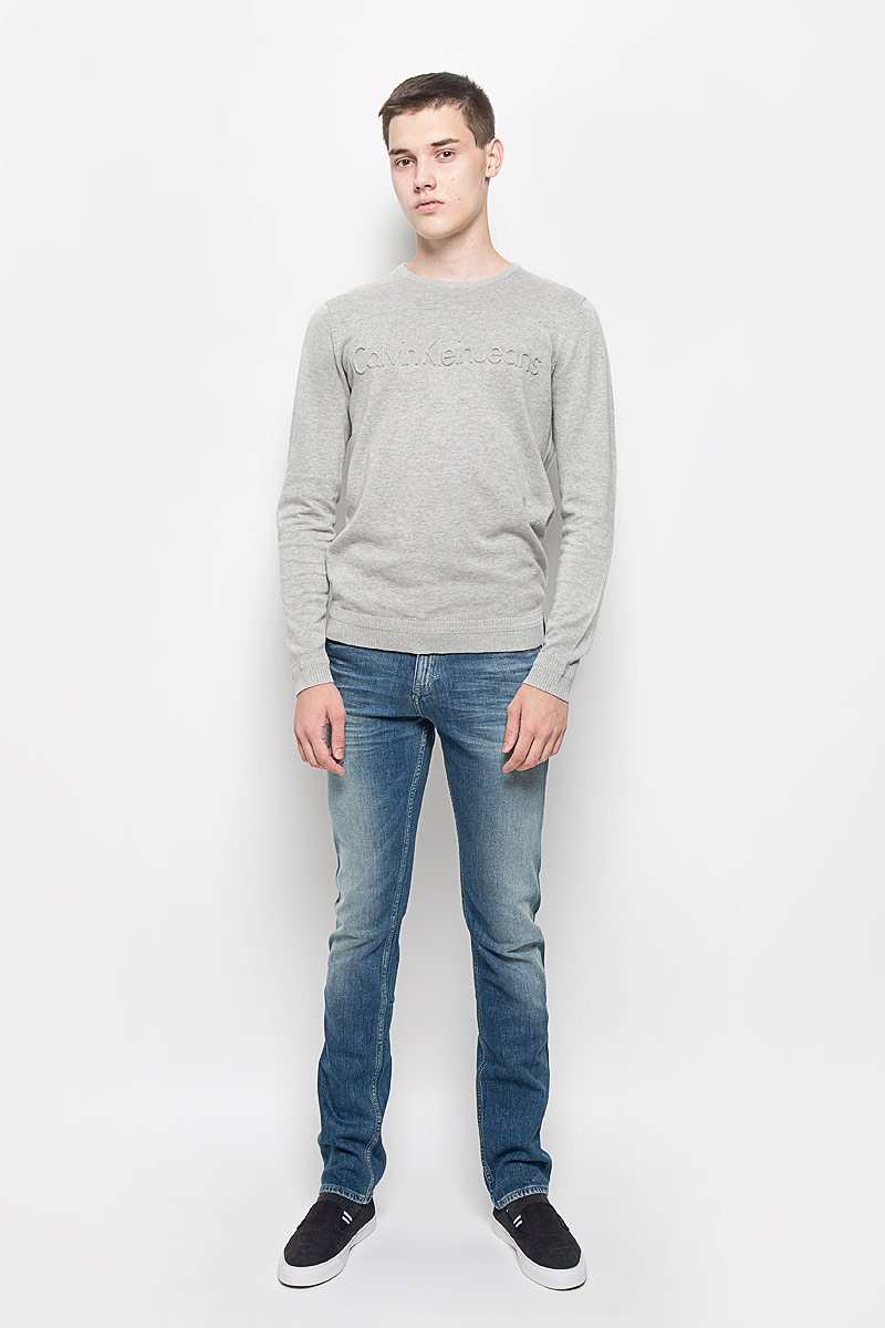 Джемпер мужской Calvin Klein Jeans, цвет: серый меланж. J30J300604. Размер S (46)12.018589Мужской джемпер Calvin Klein Jeans выполнен из высококачественного натурального хлопка. Материал изделия мягкий и тактильно приятный, не стесняет движений, позволяет коже дышать.Джемпер с круглым вырезом горловины и длинными рукавами спереди оформлен крупной выпуклой надписью, содержащей название бренда. Вырез горловины, манжеты и низ модели связаны резинкой. Резинка по низу изделия и на манжетах связана с рисунком. Джемпер украшен нашивкой из искусственной кожи. Джемпер - идеальный вариант для создания образа в стиле Casual. Он подарит вам уют и комфорт в течение всего дня!