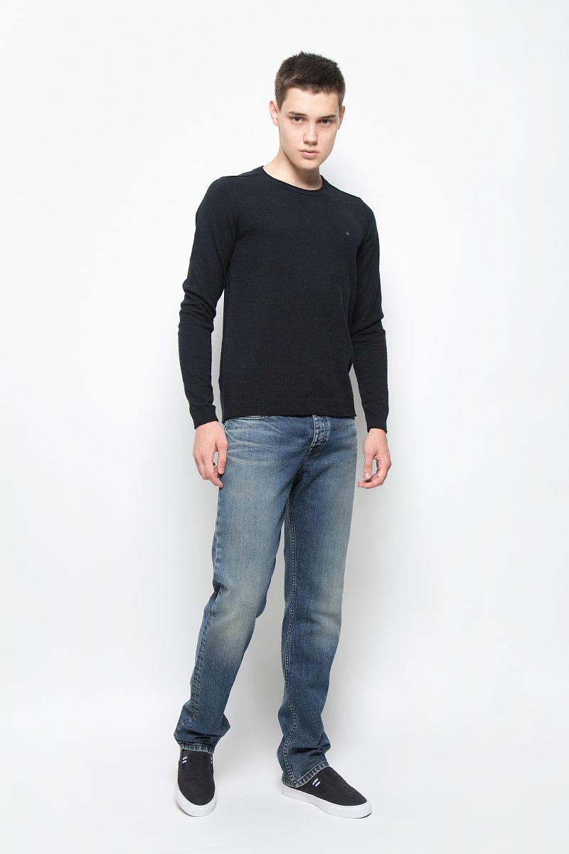 Джинсы мужские Calvin Klein Jeans, цвет: синий. J30J300063. Размер 31 (46/48)1034795.00.10_6865Стильные мужские джинсы Calvin Klein Jeans займут достойное место в вашем гардеробе! Изделие выполнено из хлопка с добавлением эластана. Ткань тактильно приятная, не стесняет движений, позволяет коже дышать.Прямые джинсы застегиваются в поясе на пуговицу и имеют ширинку на застежках-пуговицах. На модели предусмотрены шлевки для ремня. Спереди джинсы дополнены двумя втачными карманами и одним маленьким накладным кармашком, сзади - двумя накладными карманами. Оформлено изделие эффектом искусственного состаривания денима: потертостями, прорезями и перманентными складками. Джинсы украшены небольшой металлической пластиной с логотипом бренда. Высокое качество кроя и пошива, актуальный дизайн и расцветка придают изделию неповторимый стиль и индивидуальность.