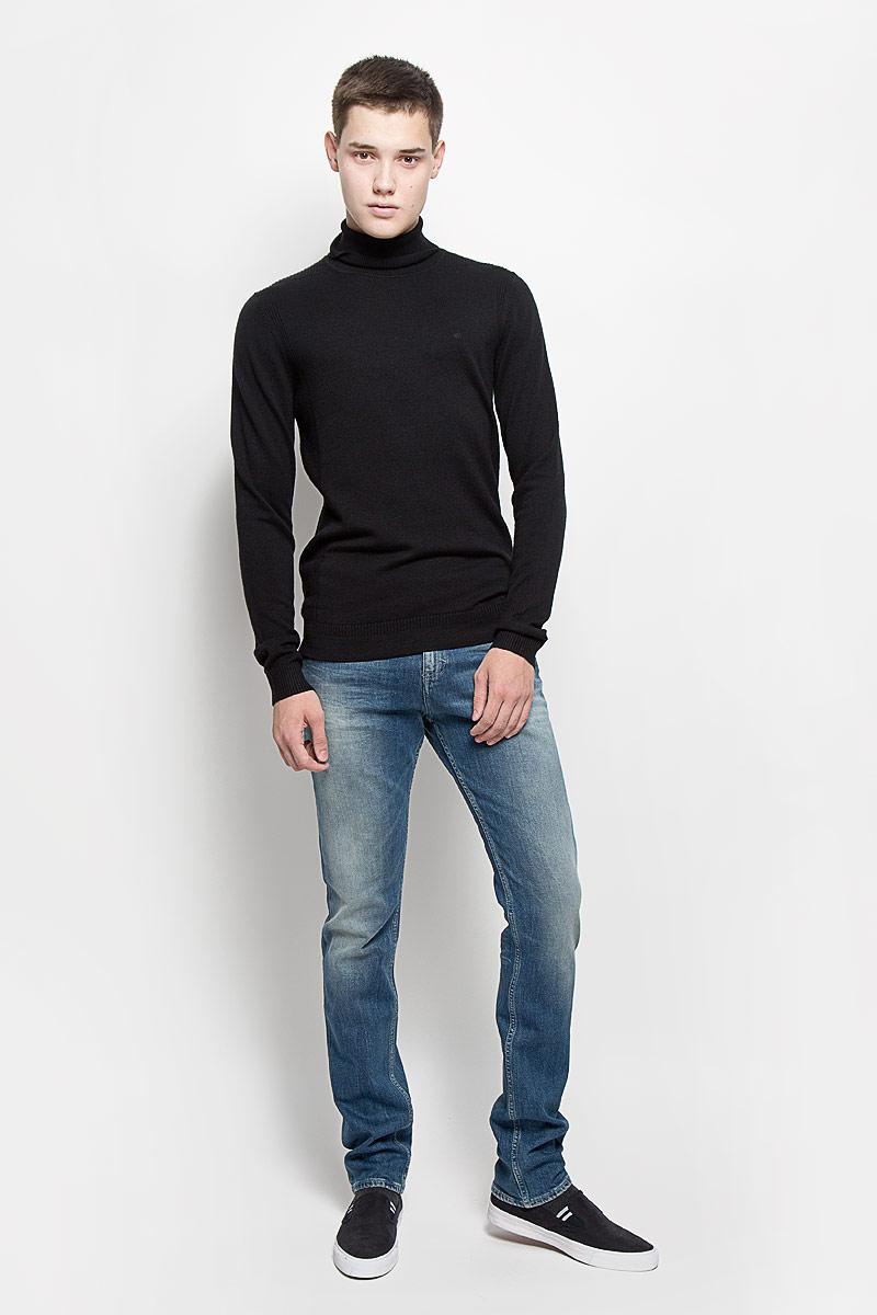 Водолазка мужская Calvin Klein Jeans, цвет: черный. J30J300607. Размер S (44/46)J30J300607Мужская водолазка Calvin Klein Jeans выполнена из очень мягкого и тактильно приятного материала. Изделие не стесняет движений, хорошо пропускает воздух.Водолазка с воротником-гольф и длинными рукавами украшена нашивкой из искусственной кожи и вышитым логотипом бренда. Воротник и манжеты модели связаны резинкой. Водолазка станет отличным дополнением к вашему образу, она подарит вам уют и комфорт в течение всего дня!