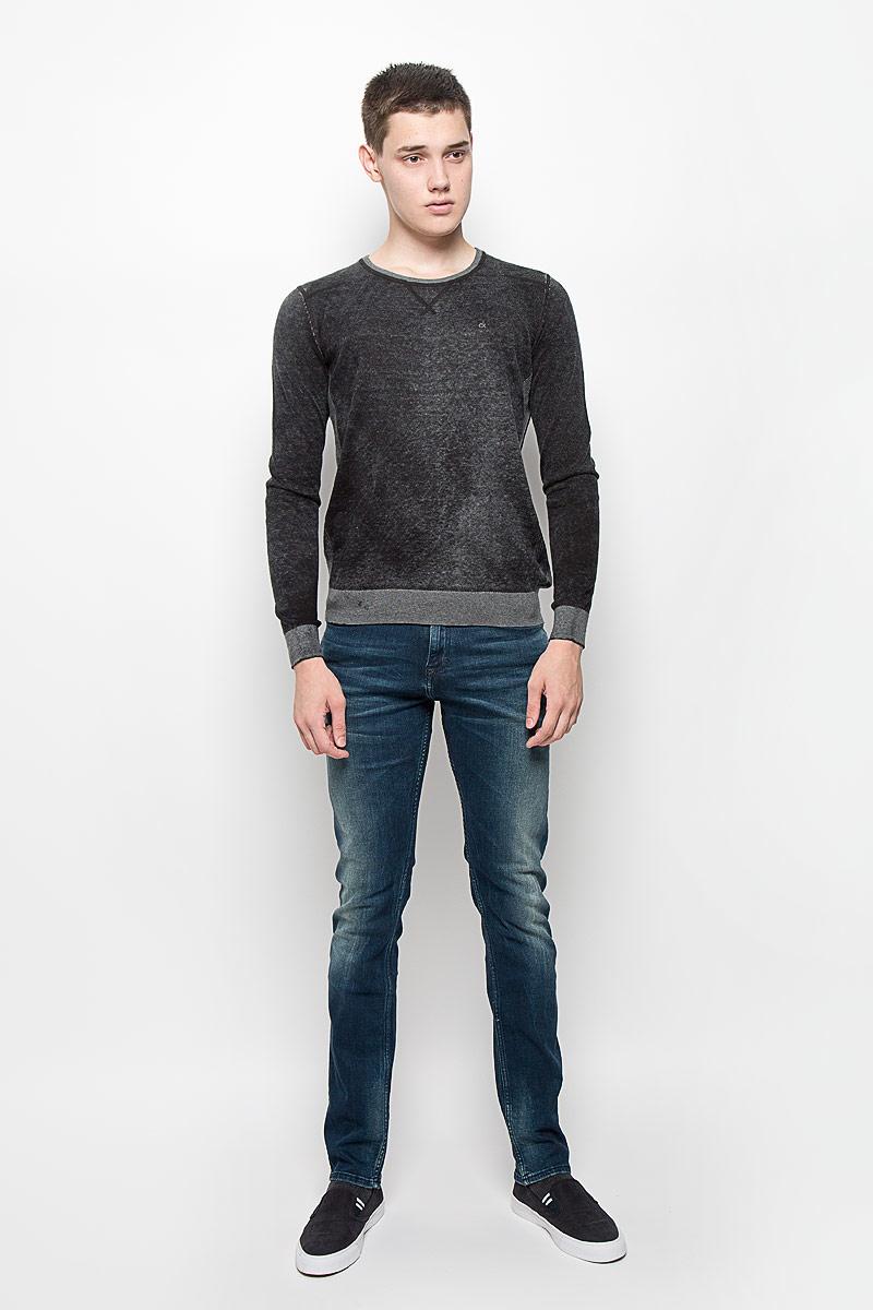 Джемпер мужской Calvin Klein Jeans, цвет: черный меланж. J30J300153. Размер S (44/46)J30J300153Мужской джемпер Calvin Klein Jeans, выполненный из натурального хлопка, станет стильным дополнением к вашему образу. Материал изделия очень мягкий и тактильно приятный, не стесняет движений, хорошо пропускает воздух.Джемпер с круглым вырезом горловины и длинными рукавами дополнен по бокам эластичными вставками. Вырез горловины, манжеты и низ модели связаны резинкой. На груди изделие украшено вышитым логотипом бренда. Джемпер - идеальный вариант для создания образа в стиле Casual. Он подарит вам уют и комфорт в течение всего дня!
