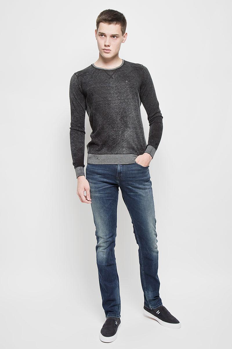 Джинсы мужские Calvin Klein Jeans, цвет: темно-синий. J30J300703. Размер 32 (48/50)6581600450Мужские джинсы Calvin Klein Jeans, выполненные из хлопка с добавлением эластана, отлично дополнят ваш образ. Ткань изделия тактильно приятная, не стесняет движений, позволяет коже дышать.Джинсы-слим застегиваются на пуговицу и имеют ширинку на застежке-молнии. На поясе предусмотрены шлевки для ремня. Спереди джинсы дополнены двумя втачными карманами и одним маленьким накладным, сзади - двумя накладными карманами. Оформлено изделие эффектом потертости и перманентными складками, украшено металлической пластиной с логотипом бренда.Высокое качество кроя и пошива, актуальный дизайн и расцветка придают изделию неповторимый стиль и индивидуальность. Модель займет достойное место в вашем гардеробе!