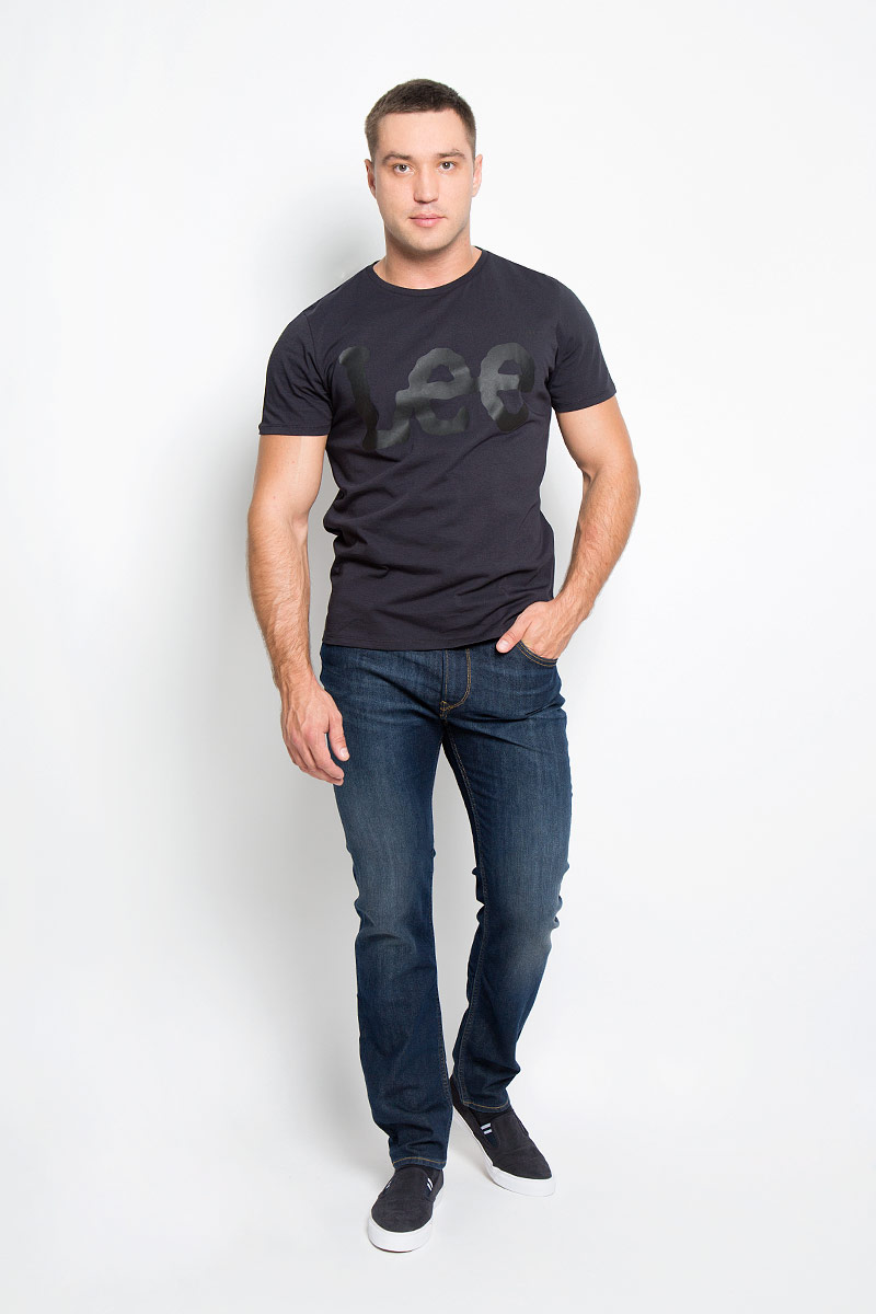 Джинсы мужские Lee Rider, цвет: темно-синий. L701AADY. Размер 32-32 (48-32)L701AADYМодные мужские джинсы Lee Rider - джинсы высочайшего качества на каждый день, которые прекрасно сидят.Модель прямого кроя и стандартной посадки изготовлена из эластичного хлопка. Застегиваются джинсы на пуговицу в поясе и ширинку на молнии, также имеются шлевки для ремня.Джинсы имеют классический пятикарманный крой: спереди модель дополнена двумя втачными карманами и одним маленьким накладным кармашком, а сзади - двумя накладными карманами. Оформлено изделие контрастной прострочкой, металлическими клепками с логотипом бренда и фирменной нашивкой на поясе.Современный дизайн, отличное качество и расцветка делают эти джинсы модной и удобной моделью, которая подарит вам комфорт в течение всего дня.