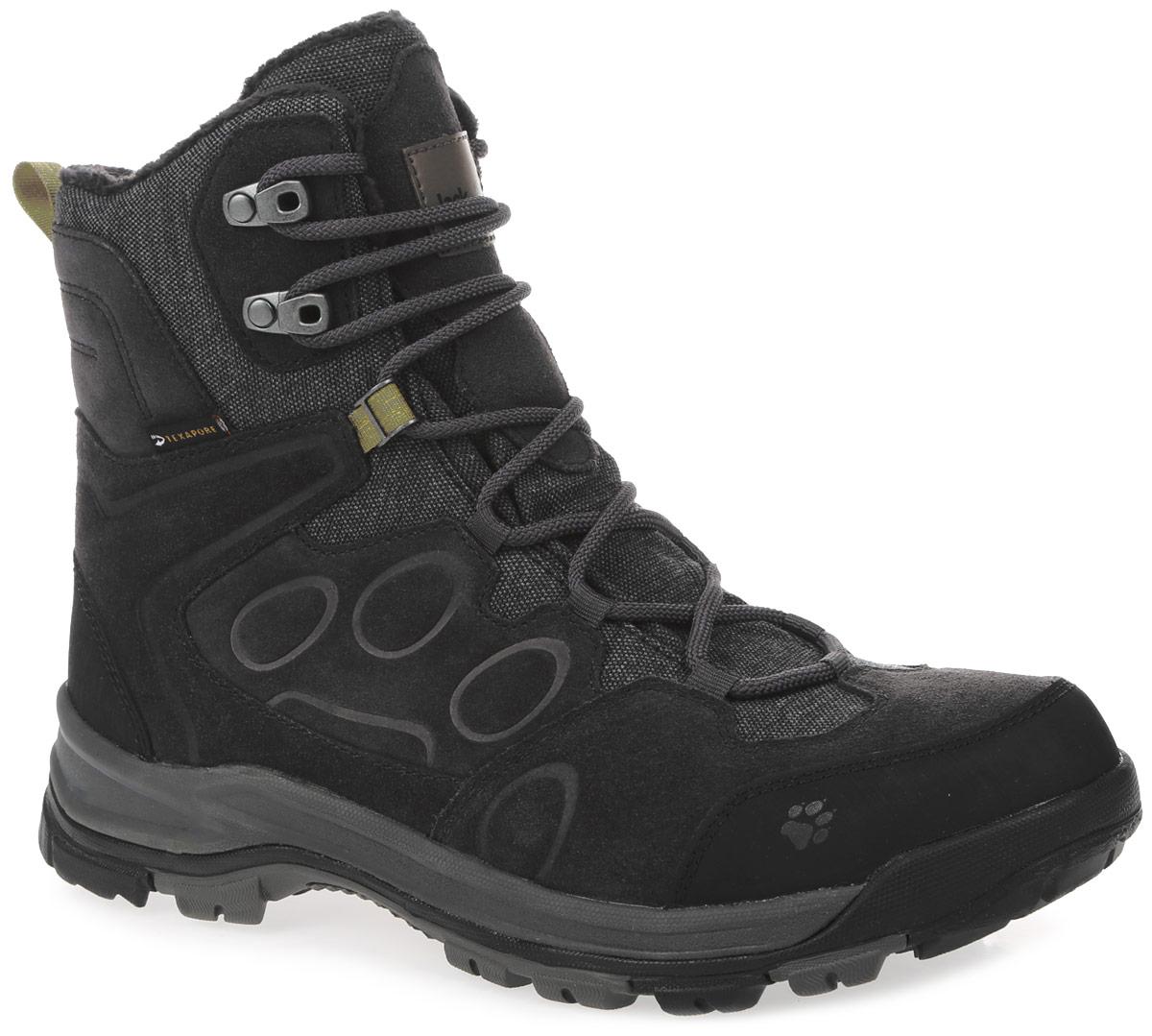 Ботинки трекинговые мужские Jack Wolfskin Thunder Bay Texapore High M, цвет: темно-серый. 4020491-6350080. Размер 10 (43)4020491-6350080Зимние ботинки Thunder Bay Texapore Hig М с теплой флисовой подкладкой с высоким уровнем тепла и комфорта, и водостойкой, дышащей мембраной, сохранят ваши ноги сухими и теплыми во время активных прогулок на природе. Голенище из замши и дышащей ткани надежно фиксирует щиколотку. Стабильная и устойчивая к скольжению туристическая подошва Wolf Snow с гибким носком и зимним профилем добавляет практичности и обеспечивает сцепление с поверхностью на снегу, льду или слякоти. Стильные и удобные ботинки обеспечат комфорт во время прогулок при температуре до -20 °C.