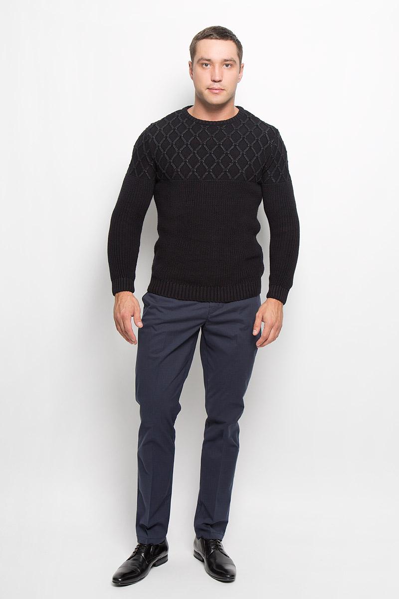 Брюки мужские Mexx, цвет: темно-синий. MX3020385. Размер L (52)MX3020385Стильные мужские брюки Mexx высочайшего качества подходят большинству мужчин. Модель прямого кроя и средней посадки станет отличным дополнением к вашему современному образу. Брюки выполнены из плотного материала. На поясе модель застегивается на пластиковые пуговицы и имеет ширинку на застежке-молнии, также имеются шлевки для ремня. Спереди модель дополнена двумя втачными карманами с косыми срезами, а сзади - двумя прорезными. Эти модные и комфортные брюки послужат отличным дополнением к вашему гардеробу.
