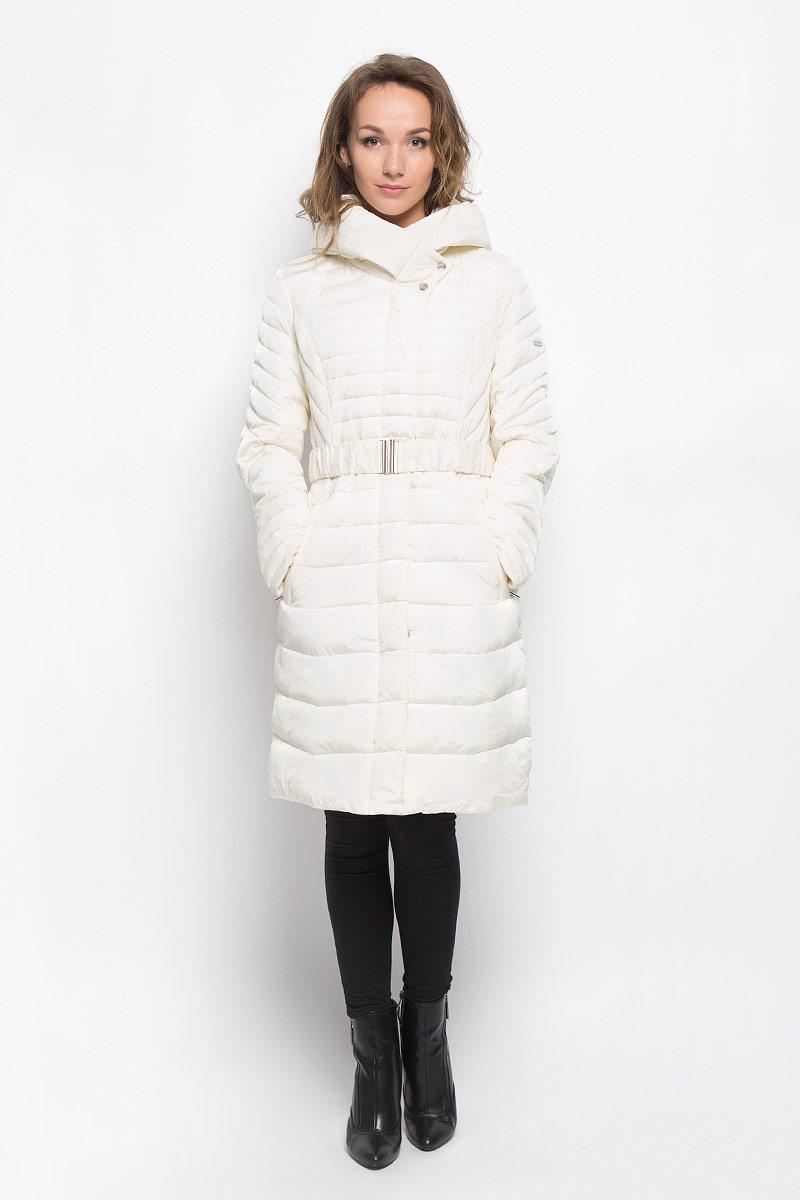 Куртка женская Baon, цвет: белый. B036557. Размер S (44)B036557_YOGURTСтильная утепленная женская куртка Baon согреет вас в прохладную погоду и позволит выделиться из толпы. Модель выполнена из 100% полиэстера с водоотталкивающей пропиткой и оформлена стежкой. Подкладка из полиэстера с утеплителем из высокотехнологичного синтепона Wellon защитит в любую непогоду от ветра и холода. Модель с длинными рукавами и воротником-капюшоном застегивается на застежку-молнию и дополнительно на застежки-кнопки. Капюшон дополнен декоративным отворотом. К модели прилагается эластичный пояс с металлической пряжкой. Спереди куртка дополнена двумя прорезными карманами с застежками-молниями. Эта модная куртка послужит отличным дополнением к вашему гардеробу.