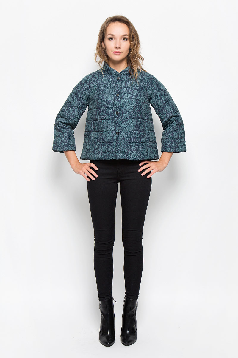 Куртка женская Baon, цвет: темно-синий. B036503. Размер S (44)B036503_DARK NAVY PRINTEDУдобная женская куртка Baon согреет вас в прохладную погоду и позволит выделиться из толпы. Модель с рукавами-реглан 3/4 и воротником-стойкой выполнена из прочного полиэстера с синтепоновым наполнителем, и застегивается на кнопки. Куртка оформлена оригинальным принтом и дополнена двумя втачными карманами на застежках-молниях .Эта модная и в то же время комфортная куртка - отличный вариант для прогулок, она подчеркнет ваш изысканный вкус и поможет создать неповторимый образ.