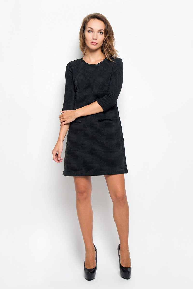 Платье Sela, цвет: черный. DK-117/299-6342. Размер L (48)DK-117/299-6342Элегантное платье Sela выполнено из высококачественного эластичного полиэстера. Такое платье обеспечит вам комфорт и удобство при носке и непременно вызовет восхищение у окружающих.Модель средней длины с рукавами 3/4 и круглым вырезом горловины выгодно подчеркнет все достоинства вашей фигуры. Изделие застегивается на застежку-молнию на спинке. Платье оформлено объемным узором в виде полосок и бута. Изысканное платье-миди создаст обворожительный и неповторимый образ.Это модное и комфортное платье станет превосходным дополнением к вашему гардеробу, оно подарит вам удобство и поможет подчеркнуть ваш вкус и неповторимый стиль.