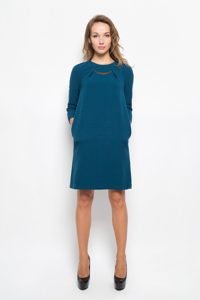 Платье Baon, цвет: синий. B449. Размер M (46)B449_COSMIC DUSTЭлегантное платье Baon выполнено из плотного трикотажа. Такое платье обеспечит вам комфорт и удобство при носке и непременно вызовет восхищение у окружающих.Модель средней длины с рукавами 3/4 и круглым вырезом горловины выгодно подчеркнет все достоинства вашей фигуры. Изделие застегивается на застежку-молнию на спинке. На груди платье оформлено декоративными складками с металлическим элементом. Изысканное платье создаст обворожительный и неповторимый образ.Это модное и комфортное платье станет превосходным дополнением к вашему гардеробу, оно подарит вам удобство и поможет подчеркнуть ваш вкус и неповторимый стиль.