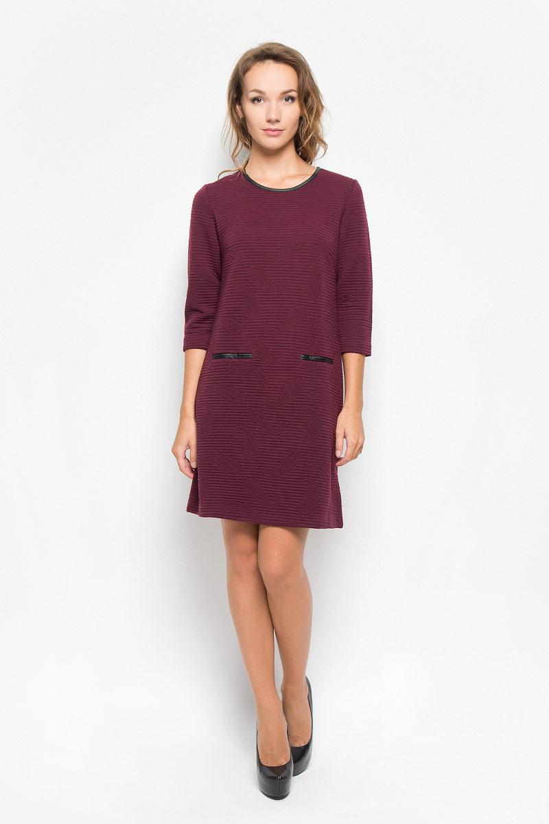 Платье Sela, цвет: бордовый. DK-117/299-6342. Размер M (46)DK-117/299-6342Элегантное платье Sela выполнено из высококачественного эластичного полиэстера. Такое платье обеспечит вам комфорт и удобство при носке и непременно вызовет восхищение у окружающих.Модель средней длины с рукавами 3/4 и круглым вырезом горловины выгодно подчеркнет все достоинства вашей фигуры. Изделие застегивается на застежку-молнию на спинке. Платье оформлено объемным узором в виде полосок и бута. Изысканное платье-миди создаст обворожительный и неповторимый образ.Это модное и комфортное платье станет превосходным дополнением к вашему гардеробу, оно подарит вам удобство и поможет подчеркнуть ваш вкус и неповторимый стиль.