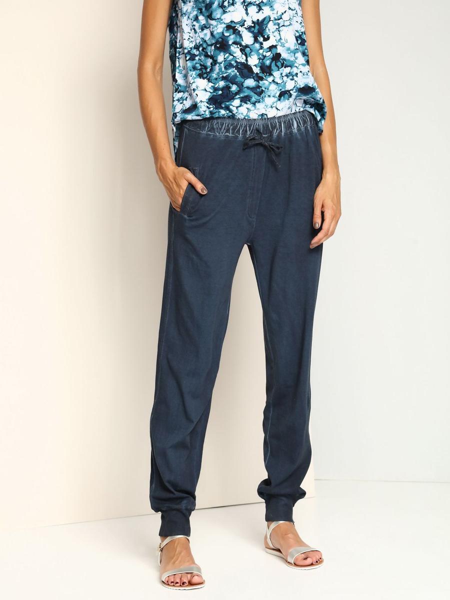 Брюки женские Top Secret, цвет: темно-синий. SSP2288NI. Размер 34 (40)SSP2288NIСтильные женские брюки с заниженной ластовицей выполнены из натурального хлопка. Модель в поясе дополнена широкой эластичной резинкой и утягивающим шнурком, оформлена имитацией ширинки. Спереди предусмотрены два втачных кармана. Низ брючин дополнен широкими трикотажными манжетами.