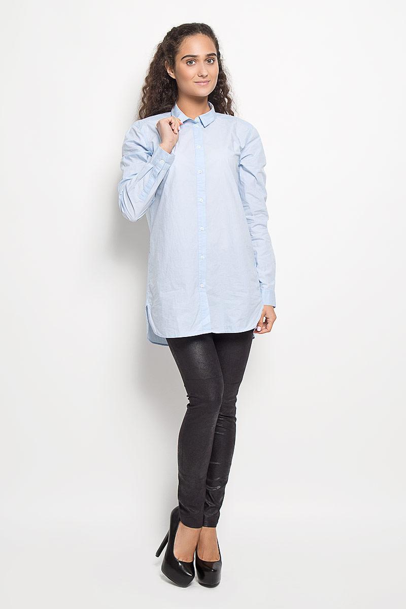 Рубашка женская Marc OPolo, цвет: голубой. 133942629/813. Размер 38 (42)133942629/813Рубашка Marc OPolo, изготовленная из натурального хлопка, подчеркнет ваш уникальный стиль. Материал изделия легкий, тактильно приятный, не сковывает движения и позволяет коже дышать, обеспечивая комфорт при носке. Удлиненная рубашка с отложным воротником и длинными рукавами застегивается спереди на пуговицы по всей длине. На манжетах предусмотрены застежки-пуговицы. По бокам модель дополнена двумя небольшими разрезами. Изделие украшено вышитым фирменным логотипом. Такая рубашка станет модным и стильным дополнением к вашему гардеробу!