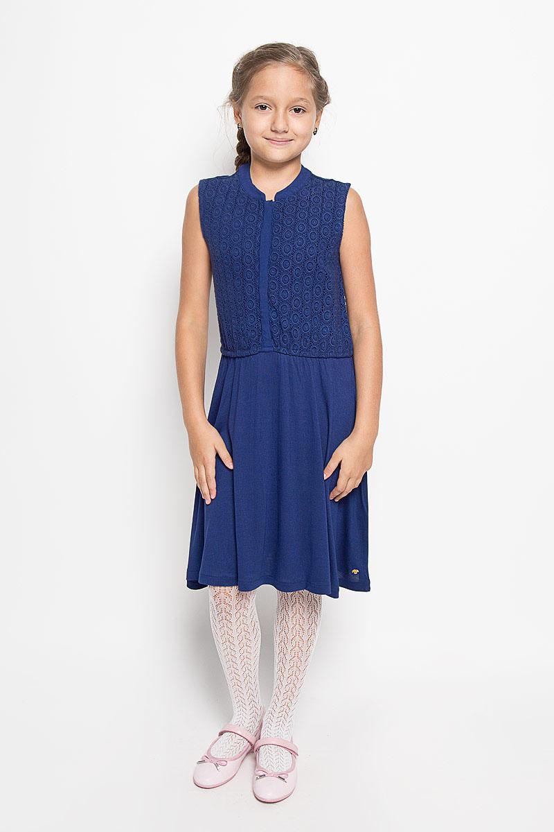 Платье для девочки Tom Tailor, цвет: темно-синий. 5019145.40.40_6339. Размер 1405019145.40.40_6339Очаровательное платье Tom Tailor идеально подойдет вашей дочурке. Платье выполнено из вискозы, оно необычайно мягкое и приятное на ощупь, не сковывает движения ребенка и позволяет коже дышать, не раздражает даже самую нежную и чувствительную кожу ребенка, обеспечивая наибольший комфорт. Платье-миди без рукавов и с круглым вырезом горловины застегивается спереди на пять пластиковых пуговиц. Спереди, верхняя часть модели до пояса оформлена кружевом. На талии расположена эластичная резинка.Оригинальный современный дизайн и модная расцветка делают это платье модным и стильным предметом детского гардероба. В нем ваша девочка будет чувствовать себя уютно и комфортно, и всегда будет в центре внимания!