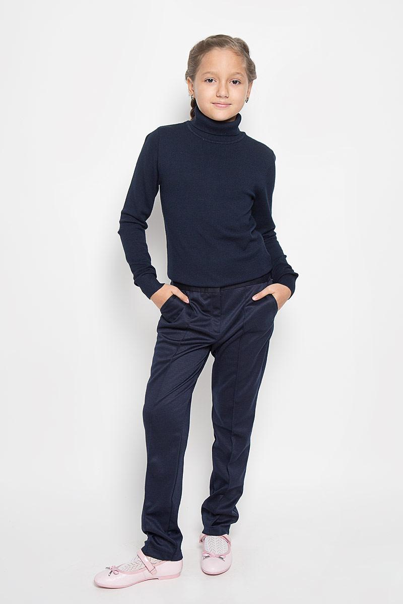 Брюки для девочки Nota Bene, цвет: темно-синий. CJJ26001A. Размер 134CJJ26001A/CJJ26001BСтильные трикотажные брюки Nota Bene идеально подойдут вашей моднице, как для школы, так и для отдыха, и прогулок. Изготовленные из полиэстера и вискозы с добавлением спандекса, они необычайно мягкие и приятные на ощупь, не сковывают движения и позволяют коже дышать, не раздражают даже самую нежную и чувствительную кожу ребенка, обеспечивая наибольший комфорт. Брюки прямого кроя застегиваются на металлический крючок в поясе и ширинку на застежке-молнии. С внутренней стороны в поясе предусмотрена регулируемая эластичная резинка, позволяющая подогнать модель по фигуре. Брючины спереди оформлены отстроченными стрелками. Модель дополнена спереди двумя втачными карманами, сзади - имитацией прорезного кармана. Современный дизайн и расцветка делают эти брюки стильным предметом детского гардероба. В них ваш ребенок всегда будет в центре внимания!