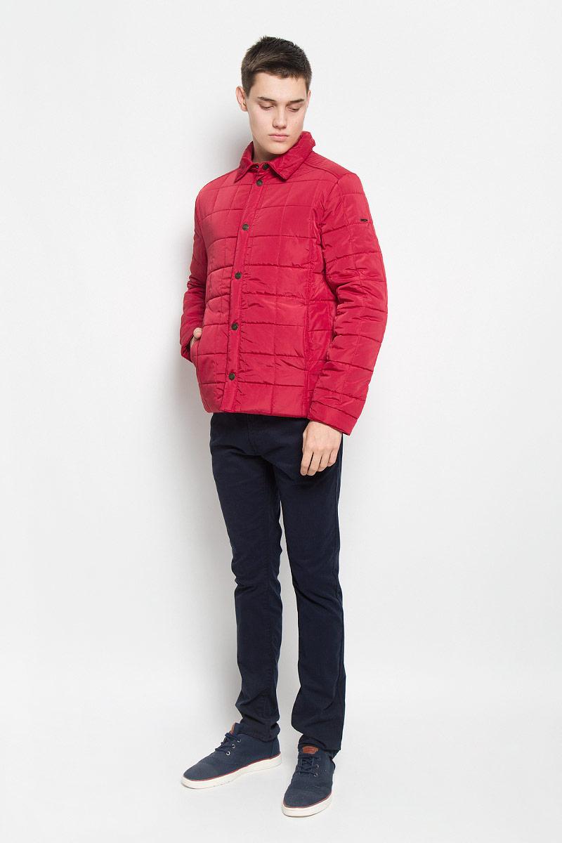 Куртка мужская Baon, цвет: красный. B536502. Размер M (48)B536502_RUBINСтильная стеганая мужская куртка Baon согреет вас в прохладную погоду и позволит выделиться из толпы. Модель выполнена из водоотталкивающего и ветрозащитного материала - 100% полиэстера. Подкладка и утеплитель из 100% полиэстера не дадут замерзнуть. Модель с длинными рукавами и отложным воротником застегивается на шесть металлических кнопок. Спереди куртка дополнена двумя прорезными карманами с застежками-кнопками, с внутренней стороны - двумя прорезными карманами с застежками-молниями. На манжетах предусмотрены застежки-кнопки. Один из рукавов оформлен металлическим элементом в виде названия бренда. Эта модная куртка займет достойное место в вашем гардеробе, в ней вам будет удобно и комфортно.