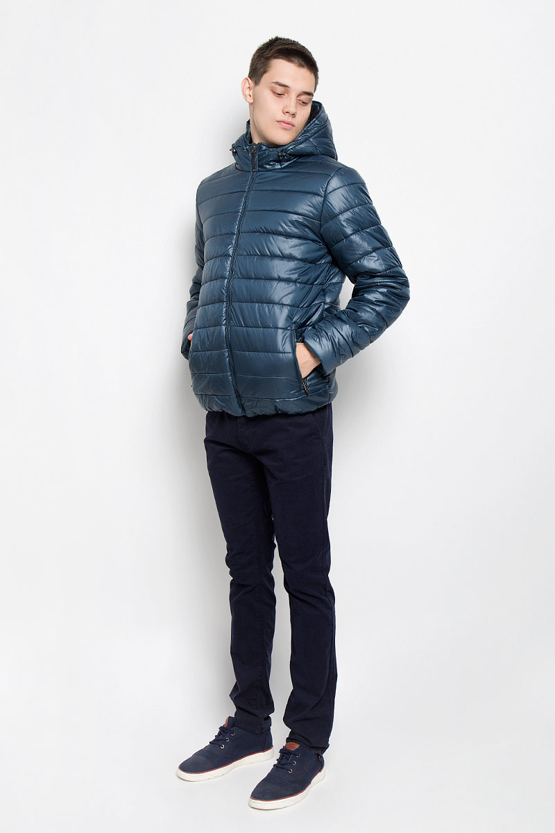 Куртка мужская Sela, цвет: темно-бирюзовый. Cp-226/343-6312. Размер XL (52)Cp-226/343-6312Стильная мужская куртка Sela согреет вас в прохладную погоду и позволит выделиться из толпы. Модель выполнена из водоотталкивающего и ветрозащитного материала - 100% полиэстера. Материал хорошо пропускает воздух и в тоже время обеспечивает сохранение тепла. Подкладка и утеплитель из 100% полиэстера не дадут замерзнуть. Модель с капюшоном, дополненным эластичным шнурком со стопперами, застегивается на пластиковую застежку-молнию. Спереди куртка дополнена двумя прорезными карманами с застежками-молниями, с внутренней стороны - прорезным боковым карманом. Нижняя часть изделия с внутренней стороны присборена эластичными резинками. Рукава дополнены трикотажными напульсниками. Эта модная куртка займет достойное место в вашем гардеробе, в ней вам будет удобно и комфортно.