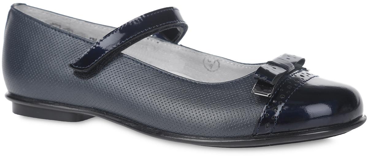 Туфли для девочки Elegami, цвет: темно-синий. 3/4-518931601. Размер 395-518931601Чудесные туфли от фирмы Elegami понравятся вашей юной моднице с первого взгляда. Модель выполнена из натуральной кожи, оформленной имитацией перфорации. Мыс, изготовленный из натурального лака, декорирован лаковым бантом с металлическими элементами. Подкладка и стелька из натуральной кожи предотвратят натирание и гарантируют уют. Лаковый ремешок на застежке-липучке надежно зафиксирует туфельки на ноге. Стелька дополнена супинатором, который обеспечивает правильное положение ноги ребенка при ходьбе, предотвращает плоскостопие. Подошва, выполненная из ТЭП-материала, оснащена рифлением для лучшего сцепления с различными поверхностями. Стильные и удобные туфли - незаменимая вещь в гардеробе каждой школьницы.