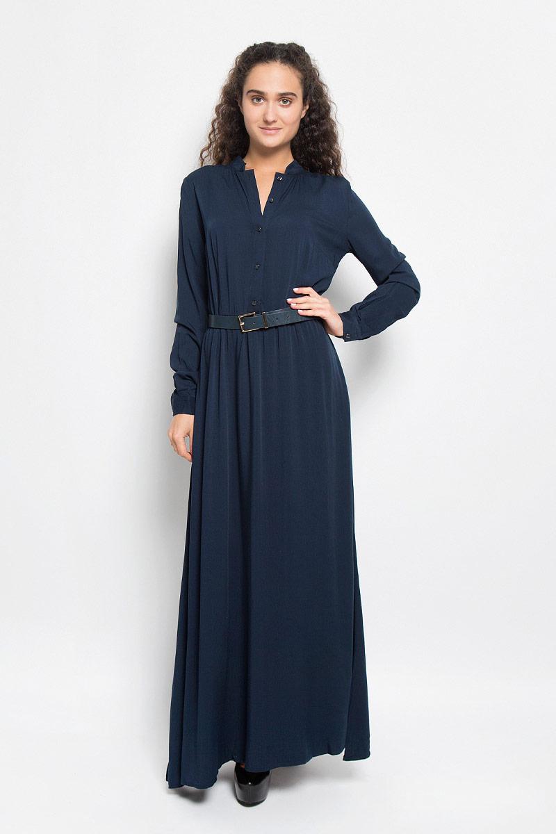 Платье Baon, цвет: темно-синий. B410. Размер L (48)B410_DARK NAVYЭлегантное платье Baon выполнено из высококачественной 100% вискозы. Такое платье обеспечит вам комфорт и удобство при носке и непременно вызовет восхищение у окружающих. Платье обладает высокой износостойкостью и отлично сидит по фигуре. Модель с длинными рукавами и круглым вырезом горловины выгодно подчеркнет все достоинства вашей фигуры. Платье застегивается на пуговицы спереди, манжеты рукавов также дополнены пуговицами. Пришивная юбка собрана небольшими складками на талии. Платье дополнено двумя втачными карманами. В комплект входит широкий ремень с металлической пряжкой. Изысканное платье-макси создаст обворожительный и неповторимый образ.Это модное и комфортное платье станет превосходным дополнением к вашему гардеробу, оно подарит вам удобство и поможет подчеркнуть ваш вкус и неповторимый стиль.