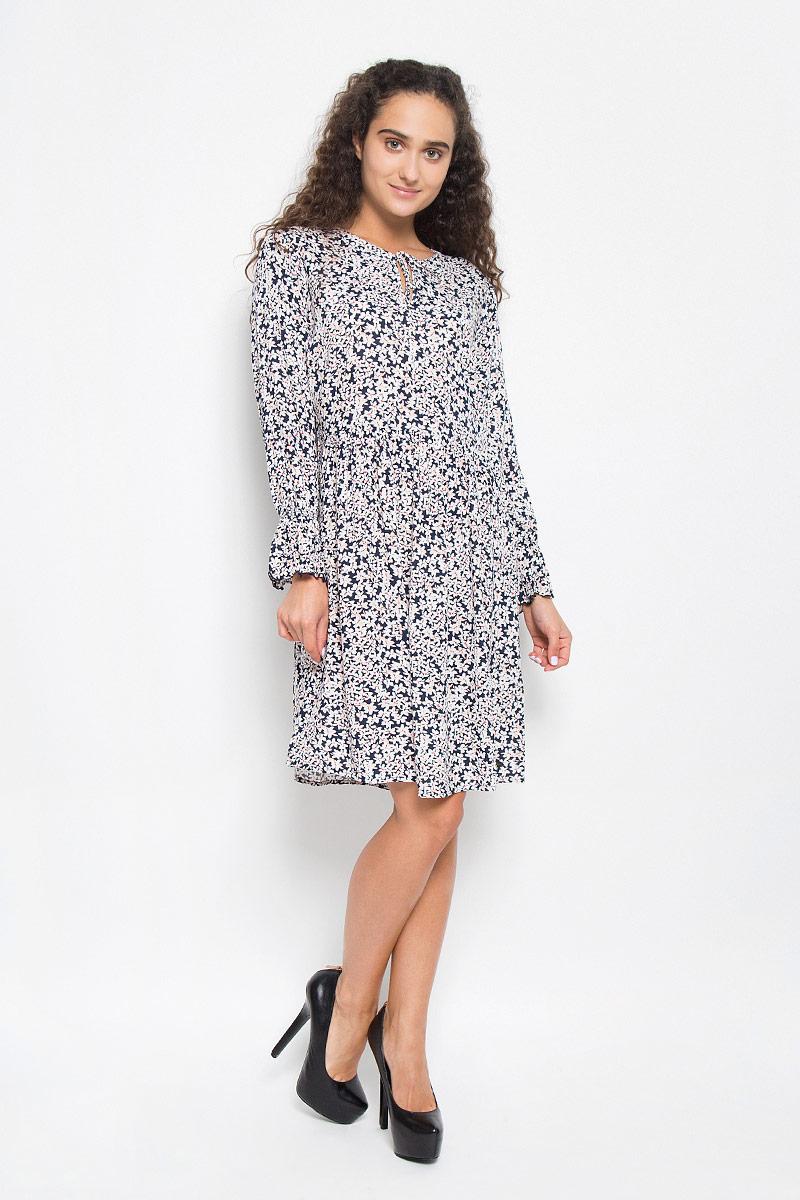 Платье Tom Tailor Denim, цвет: темно-синий, белый. 5019368.02.71_6901. Размер S (44)5019368.02.71_6901Стильное платье Tom Tailor Denim подчеркнет ваш уникальный стиль и поможет создать оригинальный женственный образ. Модель, изготовленная из вискозы, тактильно приятная и позволяет коже дышать.Платье-миди с круглым вырезом горловины и длинными рукавами оформлено цветочным принтом. Вырез горловины дополнен завязками. Застегивается изделия на боковую застежку-молнию. Манжеты рукавов присборены тонкими резинками. Края рукавов декорированы специальной строчкой, образующей волнистый край.Такое платье станет стильным дополнением к вашему гардеробу.