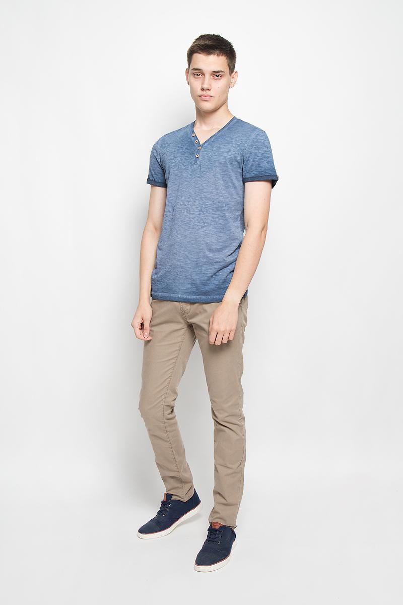 Футболка мужская Tom Tailor, цвет: синий. 1034795.00.10_6865. Размер M (48)1034795.00.10_6865Стильная мужская футболка Tom Tailor выполнена из натурального хлопка. Материал очень мягкий и приятный на ощупь, обладает высокой воздухопроницаемостью и гигроскопичностью, позволяет коже дышать. Модель прямого кроя с V-образным вырезом горловины и короткими рукавами. Модель застегивается на груди на две пуговицы. Рукава дополнены декоративными отворотами с пуговицами. На спине футболка оформлена вышивкой California Drive и принтовой надписью на английском языке. Такая модель подарит вам комфорт в течение всего дня и послужит замечательным дополнением к вашему гардеробу.