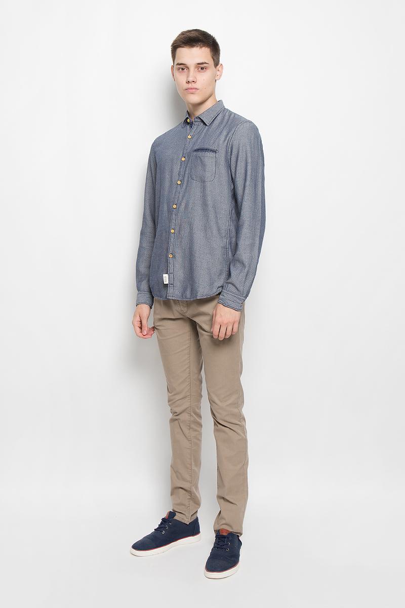 Рубашка мужская Tom Tailor Denim, цвет: темно-синий, белый. 2032325.00.12_6814. Размер S (46)2032325.00.12_6814Стильная мужская рубашка Tom Tailor Denim, выполненная из натурального хлопка, обладает высокой теплопроводностью, воздухопроницаемостью и гигроскопичностью, позволяет коже дышать, тем самым обеспечивая наибольший комфорт при носке. Модель приталенного кроя с отложным воротником застегивается на пуговицы по всей длине. Длинные рукава рубашки дополнены манжетами на пуговицах. Рубашка оформлена оригинальным принтом. Модель дополнена нагрудным прорезным карманом.Такая рубашка подчеркнет ваш вкус и поможет создать великолепный стильный образ.