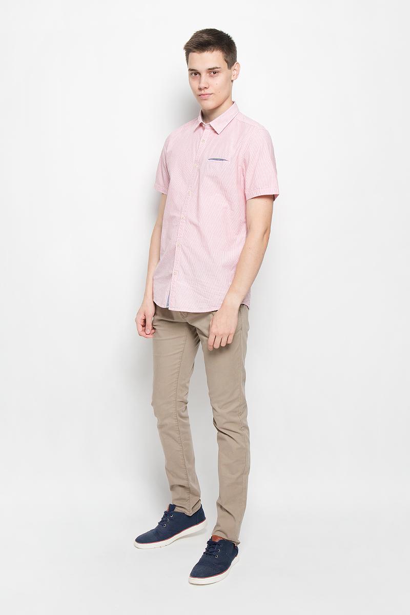Рубашка мужская Tom Tailor, цвет: красный, белый. 2031870.00.10_4502. Размер S (46)2031870.00.10_4502Стильная мужская рубашка Tom Tailor, выполненная из натурального хлопка, обладает высокой теплопроводностью, воздухопроницаемостью и гигроскопичностью, позволяет коже дышать, тем самым обеспечивая наибольший комфорт при носке. Модель классического кроя с отложным воротником и короткими рукавами застегивается на пуговицы по всей длине. Рубашка оформлена принтом в полоску. На груди модель дополнена прорезным карманом.Такая рубашка подчеркнет ваш вкус и поможет создать великолепный стильный образ.