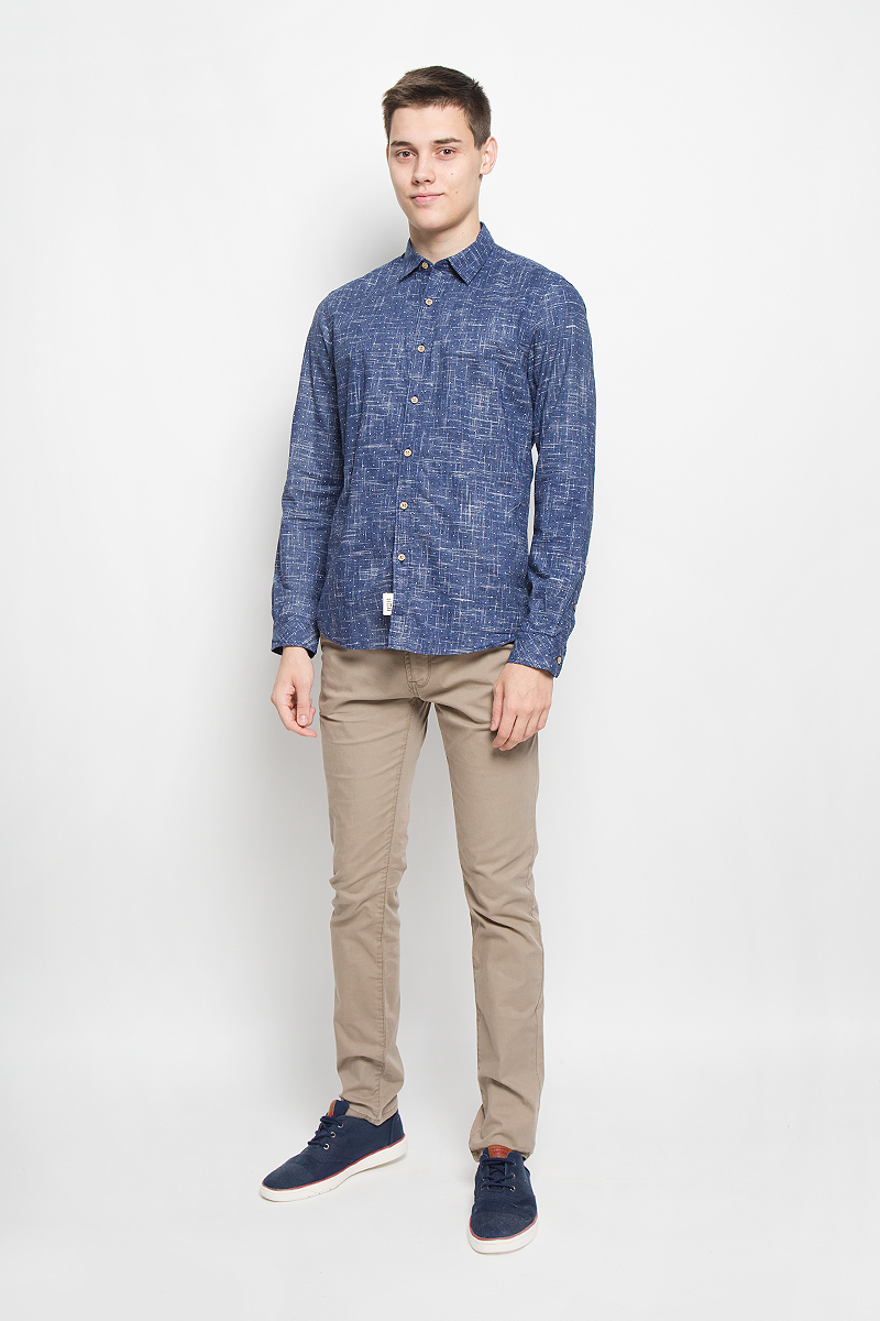 Рубашка мужская Tom Tailor Denim, цвет: темно-синий. 2032328.00.12_6758. Размер L (50)2032328.00.12_6758Стильная мужская рубашка Tom Tailor Denim, выполненная из натурального хлопка, обладает высокой теплопроводностью, воздухопроницаемостью и гигроскопичностью, позволяет коже дышать, тем самым обеспечивая наибольший комфорт при носке. Модель приталенного кроя с отложным воротником застегивается на пуговицы по всей длине. Длинные рукава рубашки дополнены манжетами на пуговицах. Рубашка оформлена оригинальным принтом.Такая рубашка подчеркнет ваш вкус и поможет создать великолепный стильный образ.