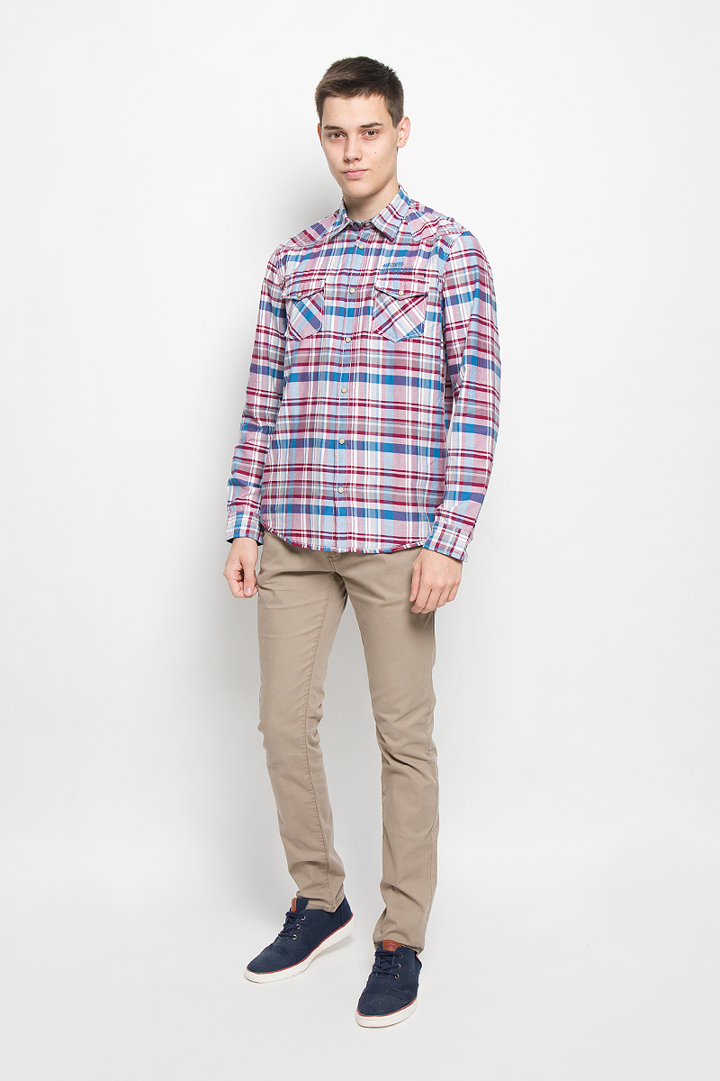 Рубашка мужская Tom Tailor, цвет: вишневый, голубой, белый. 2032054.00.10_1000. Размер M (48)2032054.00.10_1000Стильная мужская рубашка Tom Tailor, выполненная из натурального хлопка, обладает высокой теплопроводностью, воздухопроницаемостью и гигроскопичностью, позволяет коже дышать, тем самым обеспечивая наибольший комфорт при носке. Модель классического кроя с отложным воротником застегивается на кнопки по всей длине. Длинные рукава рубашки дополнены манжетами на пуговицах и кнопках. Рубашка оформлена оригинальным принтом. На груди модель дополнена двумя накладными карманами с клапанами на кнопках и оформлена вышитой надписью.Такая рубашка подчеркнет ваш вкус и поможет создать великолепный стильный образ.