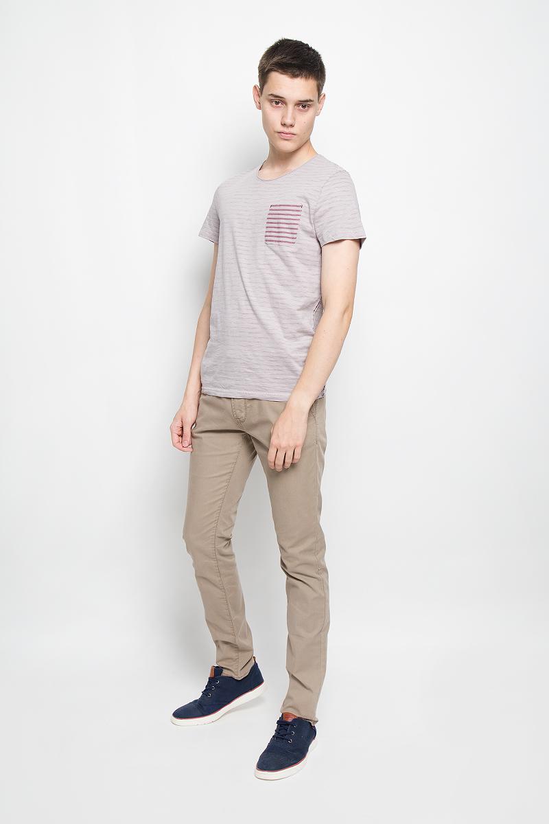 Футболка мужская Tom Tailor, цвет: серо-бежевый, бордовый. 1035180.00.10_2640. Размер XXL (54)1035180.00.10_2640Мужская футболка Tom Tailor поможет создать отличный современный образ в стиле Casual. Модель, изготовленная из натурального хлопка, очень мягкая, тактильно приятная, не сковывает движения и позволяет коже дышать.Изделие с круглым вырезом горловины и короткими рукавами стилизовано под футболку, вывернутую наизнанку. На груди расположен накладной карман. С внутренней стороны модель оформлена принтом в полоску. Горловина и боковые стороны выполнены с эффектом необработанного края.Такая футболка станет стильным дополнением к вашему гардеробу, она подарит вам комфорт в течение всего дня!