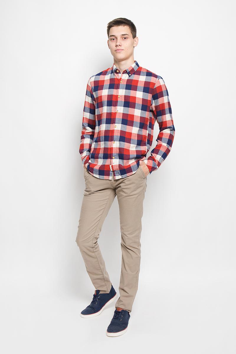 Рубашка мужская Tom Tailor Denim, цвет: красный, темно-синий, молочный. 2032323.00.12_4681. Размер L (50)2032323.00.12_4681Стильная мужская рубашка Tom Tailor Denim, выполненная из натурального хлопка, обладает высокой теплопроводностью, воздухопроницаемостью и гигроскопичностью, позволяет коже дышать, тем самым обеспечивая наибольший комфорт при носке. Модель приталенного кроя с отложным воротником застегивается на пуговицы по всей длине. Длинные рукава рубашки дополнены манжетами на пуговицах. Рубашка оформлена принтом в крупную клетку. Края воротника пристегиваются к рубашке с помощью пуговиц.Такая рубашка подчеркнет ваш вкус и поможет создать великолепный стильный образ.