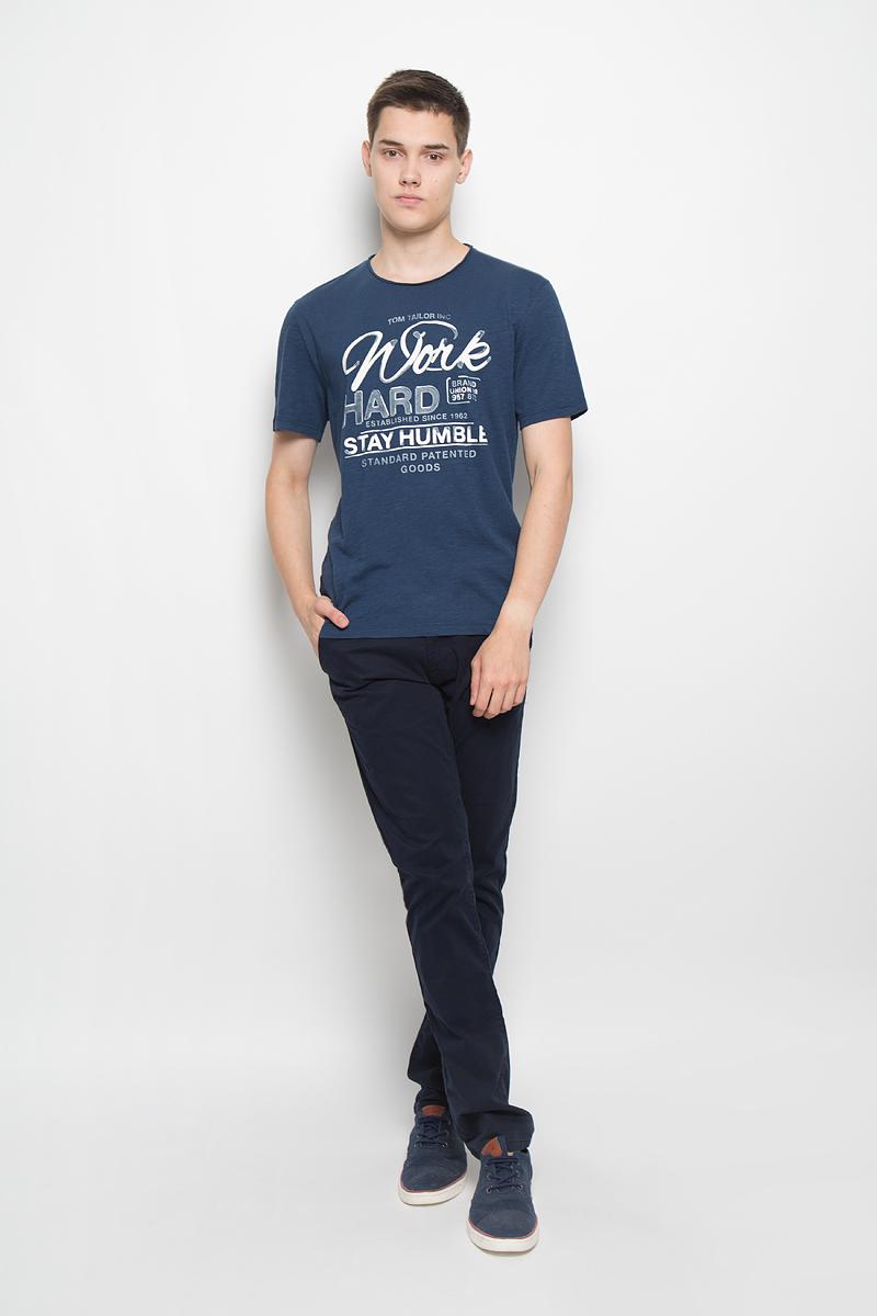 Футболка мужская Tom Tailor, цвет: темно-синий. 1035177.00.10_6758. Размер M (48)1035177.00.10_6758Мужская футболка Tom Tailor поможет создать отличный современный образ в стиле Casual. Модель, изготовленная из натурального хлопка, очень мягкая, тактильно приятная, не сковывает движения и позволяет коже дышать.Футболка с круглым вырезом горловины и короткими рукавами оформлена спереди буквенным принтом. Вырез горловины выполнен с эффектом необработанного края.Такая футболка станет стильным дополнением к вашему гардеробу, она подарит вам комфорт в течение всего дня!