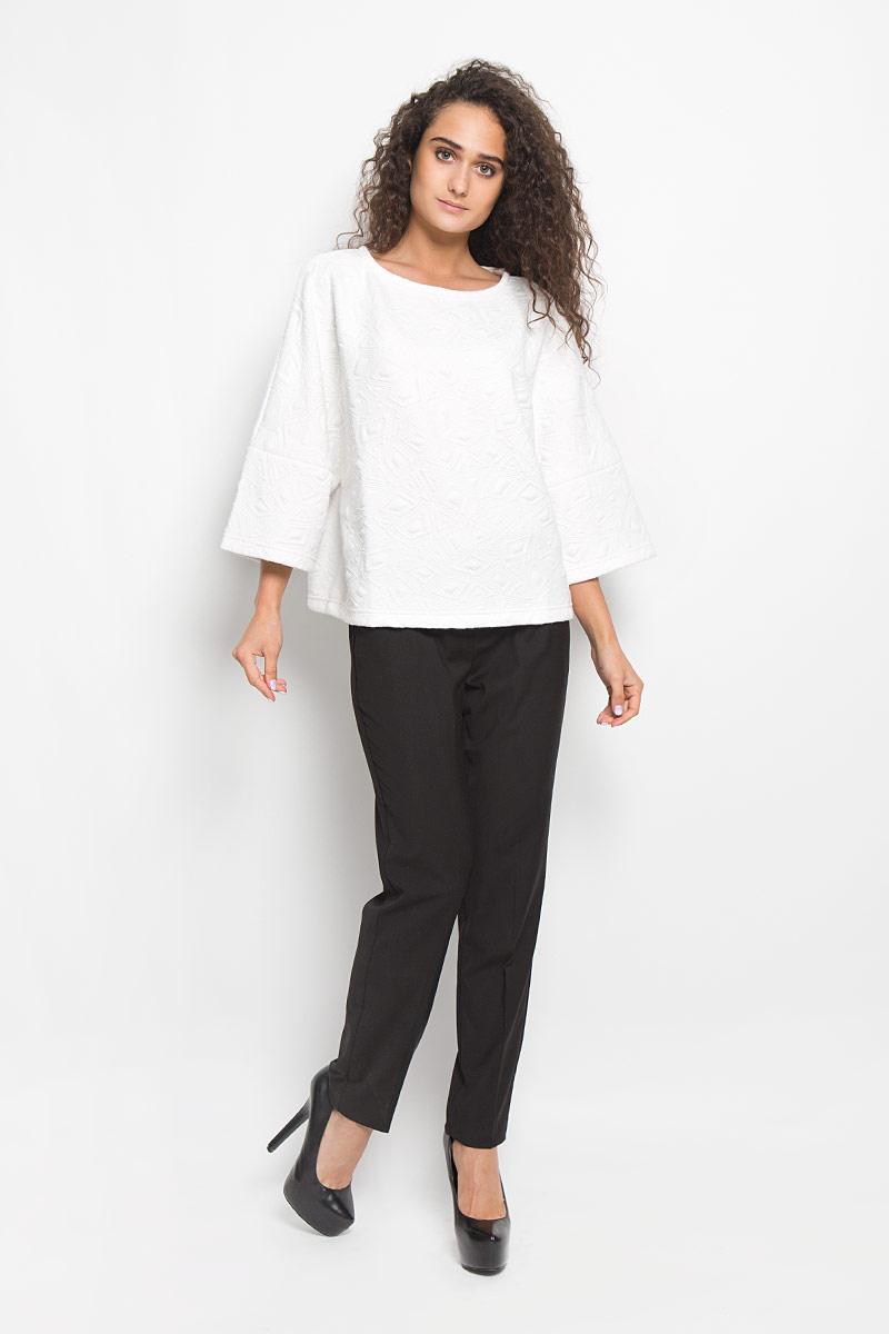 Джемпер женский Baon, цвет: белый. B116505. Размер M (46)B116505_MILKМодный женский джемпер Baon, изготовленный из полиэстера с добавлением эластана, приятный на ощупь, не сковывает движений и обеспечивает комфорт. Модель свободного кроя с круглым вырезом горловины и широкими рукавами-кимоно 3/4 идеально подойдет для создания современного образа в стиле Casual. Модель оформлена рельефным принтом.Этот джемпер послужит отличным дополнением к вашему гардеробу.