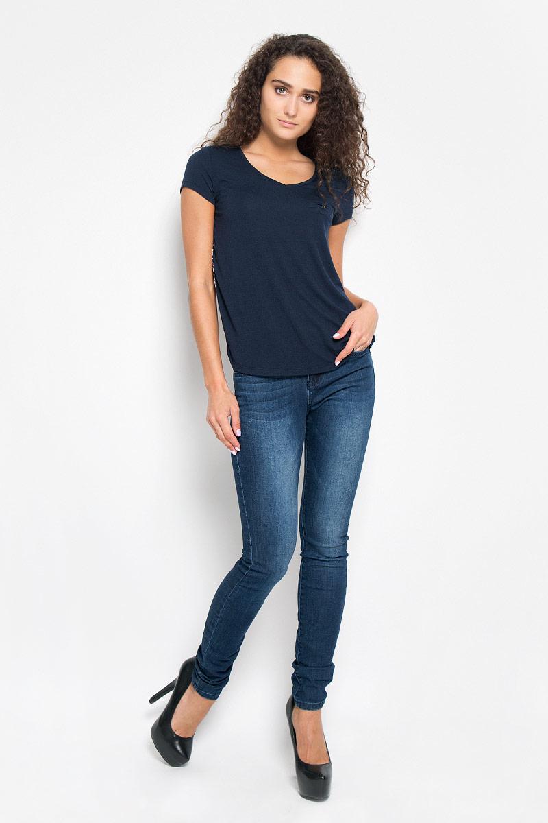Футболка женская Tom Tailor Denim, цвет: темно-синий. 1035530.00.71_6901. Размер XS (42)1035530.00.71_6901Стильная женская футболка Tom Tailor Denim, выполненная из полиэстера с добавлением вискозы, обладает высокой теплопроводностью, воздухопроницаемостью и гигроскопичностью, позволяет коже дышать.Модель с короткими рукавами и V-образным вырезом горловины. Изделие спереди дополнено небольшим карманом-обманкой на котором нашита пуговица. Спинка изделия оформлена ярким цветочным принтом.Такая футболка станет стильным дополнением к вашему гардеробу, она подарит вам комфорт в течение всего дня!