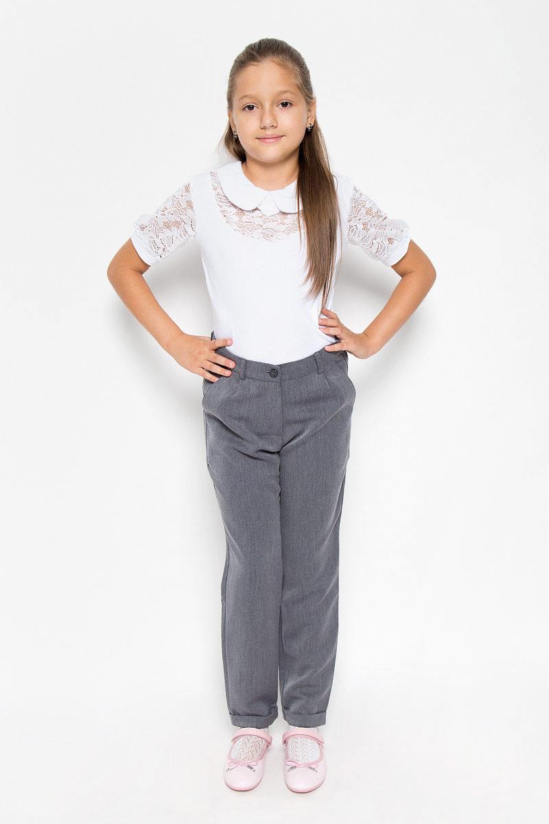 Брюки для девочки Orby School, цвет: серый. 64125_OLG_вариант 1. Размер 122, 7-8 лет64125_OLG_вариант 1Стильные зауженные брюки для девочки Orby School - модная и комфортная альтернатива классическим моделям. Они изготовлены из практичной немнущейся костюмной ткани, приятные на ощупь, не сковывают движений и хорошо пропускают воздух.Брюки-бананы застегиваются спереди на пуговицу, а также имеют ширинку на застежке-молнии. На поясе предусмотрены шлевки для ремня. Регулировка в поясе на эластичной тесьме с пуговицами обеспечит идеальную посадку по фигуре. Спереди расположены два втачных кармана, сзади - два прорезных, украшенные кожаными вставками. Брючины дополнены декоративными отворотами.Трендовый силуэт и длина 7/8 позволяют создать модный и стильный образ. Они подходят как для полноценного школьного образа, так и для образа в стиле Casual.