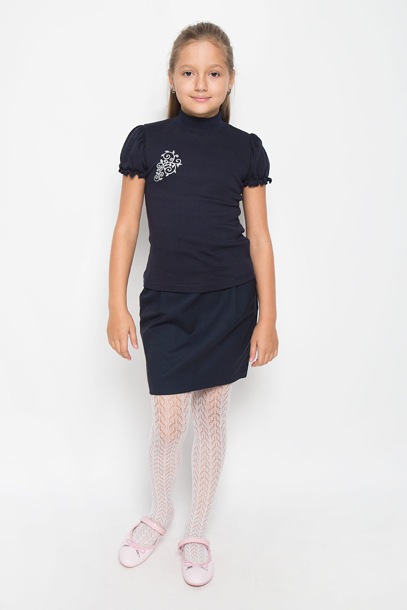 Водолазка для девочки M&D, цвет: темно-синий. AW5561A-9. Размер 122AW5561B-9/AW5561A-9Водолазка для девочки M&D идеально подойдет вашей маленькой принцессе. Изготовленная из натурального хлопка, она мягкая и приятная на ощупь, не раздражает нежную кожу ребенка и хорошо вентилируется, а эластичные швы приятны телу ребенка и не препятствуют его движениям. Водолазка с короткими рукавами-фонариками и воротником-стойкой оформлена изящным узором на груди, декорированным стразами. Воротник выполнен из трикотажной эластичной резинки. Рукава дополнены эластичной резинкой с внутренней стороны, образующей волнистый край. Современный дизайн и расцветка делают эту водолазку модным и стильным предметом детской одежды. В ней маленькой моднице будет комфортно и уютно!