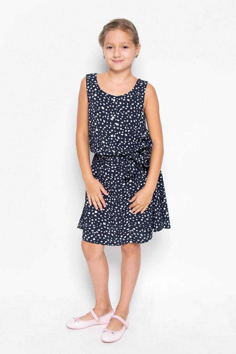 Платье для девочки Finn Flare Kids, цвет: темно-синий. KS16-71047J. Размер 158, 12-13 летKS16-71047JЛегкое и красивое платье для девочки Finn Flare Kids станет отличным дополнением к гардеробу маленькой модницы. Изготовленное из высококачественной вискозы, оно мягкое и приятное на ощупь, не сковывает движения и хорошо пропускает воздух. Платье с круглым вырезом горловины выполнено в легком струящемся стиле. На модели завязывается пояс, а на талии платье удерживается с помощью вшитой резинки. Изделие оформлено контрастным принтом и на груди дополнено пуговицами-застежками в виде цветочка. В таком платье маленькая принцесса всегда будет в центре внимания!