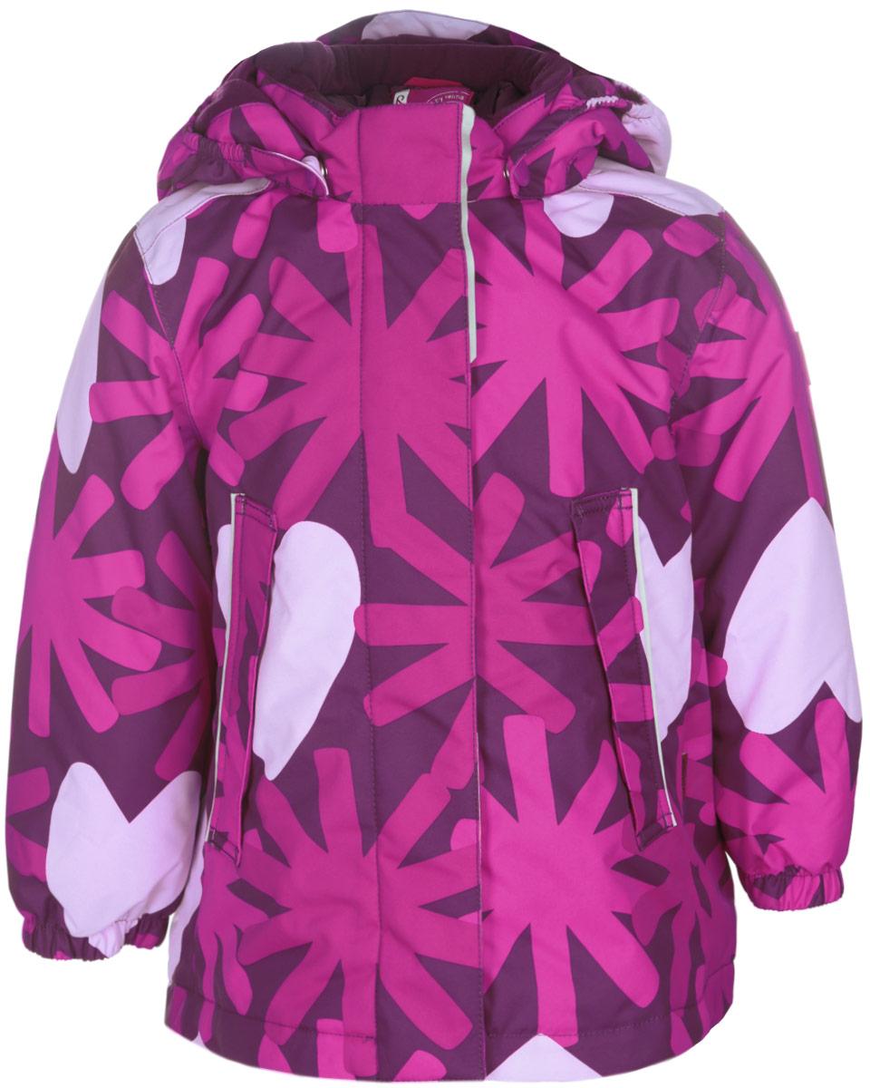 Куртка для девочки Reima Misteli, цвет: фуксия, бордовый. 511216-4901. Размер 74, 9 месяцев511216-4901Прелестная куртка Reima Misteli идеально подойдет для вашей принцессы в прохладное время года. Модель изготовлена из ветрозащитного и дышащего материала - 100% полиэстера с полиуретановым покрытием, которое предотвращает проникновением влаги и грязи. Подкладка и утеплитель выполнены из 100% полиэстера. Внешние швы проклеены, водонепроницаемы.Куртка с воротником-стойкой застегивается на застежку-молнию и дополнена ветрозащитным клапаном с застежками-липучками. Съемный капюшон, фиксирующийся с помощью кнопок, присборен спереди на эластичные резинки. С внутренней стороны по талии изделие дополнено регулируемой эластичной резинкой. Изделие дополнено спереди двумя прорезными карманами с клапанами на застежках-кнопках. Манжеты рукавов дополнены эластичными резинками. Спинка модели немного удлинена. Нижняя часть спинки оформлена светоотражающей фирменной нашивкой, один из рукавов - нашивкой с фирменным логотипом. Светоотражающие элементы увеличивают безопасность вашего ребенка с темное время суток. Модель оформлена оригинальным принтом. Такая стильная куртка станет прекрасным дополнением гардеробу вашей девочки, она подарит комфорт и тепло. Водонепроницаемость: Waterpillar over 10 000 mm