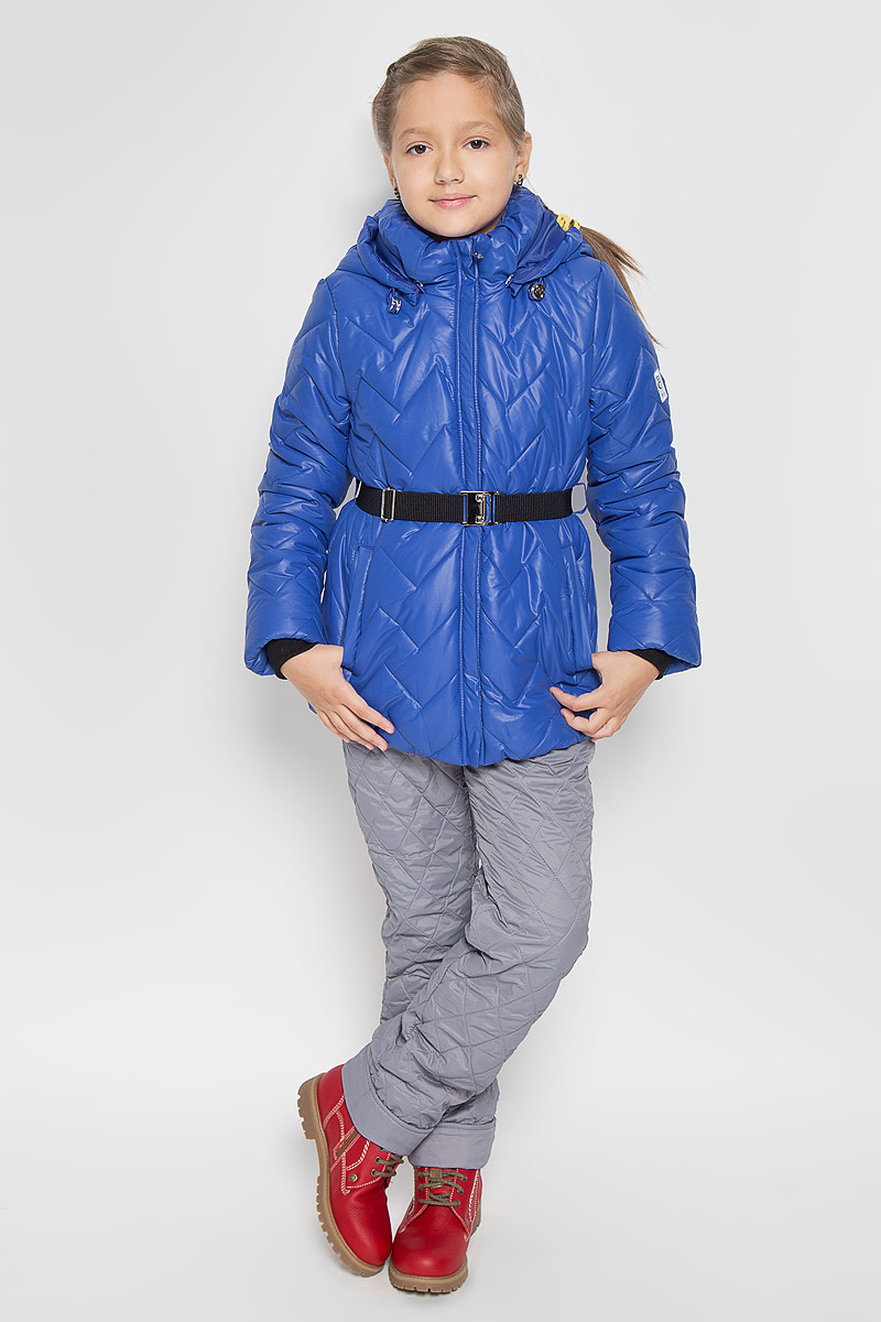 Куртка для девочки Boom!, цвет: синий. 64054_BOG_вар.1. Размер 116, 5-6 лет64054_BOG_вар.1Теплая стеганая куртка для девочки Boom! станет ярким дополнением к детскому гардеробу. Куртка изготовлена из полиэстера с утеплителем из синтепона. На подкладке используется мягкий флис, который хорошо сохраняет тепло. Куртка со съемным капюшоном и воротником-стойкой застегивается на пластиковую молнию и имеет внешнюю ветрозащитную планку. Капюшон по краю дополнен эластичным шнурком со стопперами. Он пристегивается к куртке при помощи пуговиц. Воротник присборен на резинку. На рукавах предусмотрены трикотажные манжеты контрастного цвета, препятствующие проникновению холодного воздуха. На талии куртка дополнена шлевками для ремня и пояском на металлической застежке, благодаря которому куртка плотно прилегает к телу. Спереди имеются два прорезных кармашка. По низу куртка собрана на резинку. Модель украшена светоотражающими нашивками с логотипом бренда. Комфортная, удобная и теплая куртка идеально подойдет для прогулок и игр на свежем воздухе. В ней ваша принцесса всегда будет в центре внимания!