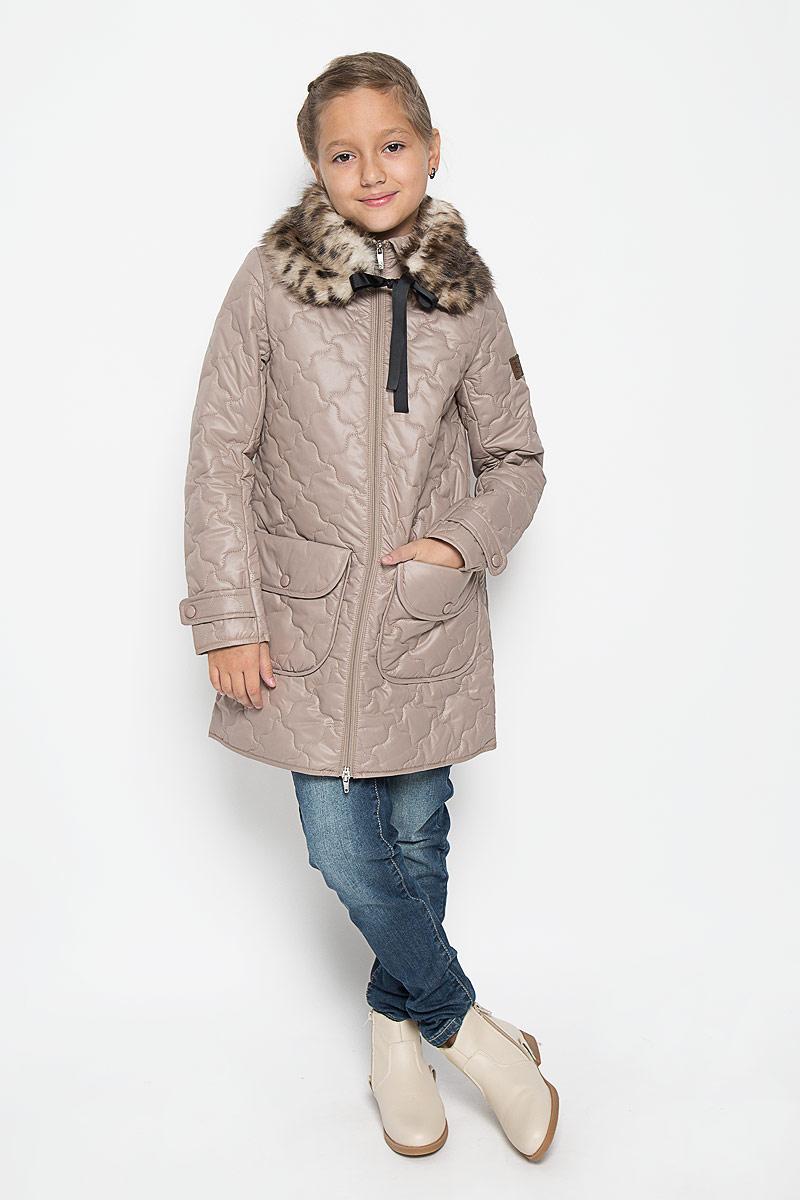 Пальто для девочки Boom!, цвет: бежевый. 64338_BOG_вар.2. Размер 98, 3-4 года64338_BOG_вар.2Стильное стеганое пальто Boom! идеально подойдет для вашей принцессы в прохладное время года. Модель изготовлена из 100% полиэстера. Подкладка выполнена из полиэстера с добавлением вискозы. В качестве утеплителя используется синтепон - 100% полиэстер. Пальто с отложным воротником застегивается на застежку-молнию. Модель дополнена съемной горжеткой из искусственного меха, которая пристегивается в пальто с помощью пуговицы. Горжетка оснащена двумя ленточками. Спереди изделие дополнено двумя накладными карманами, украшенными декоративными клапанами с заклепками. Манжеты рукавов дополнены хлястиками с застежками-кнопками. Один из рукавов оформлен фирменной нашивкой, низ спинки - фирменной светоотражающей нашивкой. Такое стильное пальто станет прекрасным дополнением в гардеробу вашей девочки, оно подарит комфорт и тепло.