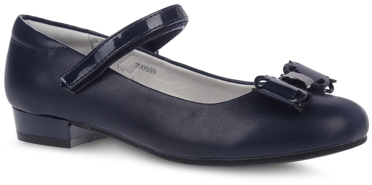 Туфли для девочки Mursu, цвет: темно-синий. 200559. Размер 35200559Прелестные туфли от фирмы Mursu понравятся вашей юной моднице с первого взгляда. Модель выполнена из искусственной кожи, внутренняя поверхность - из натуральной кожи, что гарантирует комфорт и уют. Лаковый ремешок на застежке-липучке надежно зафиксирует изделие на ноге. Мыс декорирован ажурным бантом с металлическим элементом. Стелька из ЭВА материала с верхней поверхностью из натуральной кожи дополнена супинатором, который обеспечивает правильное положение ноги ребенка при ходьбе, предотвращает плоскостопие. Подошва, выполненная из ТЭП-материала, оснащена рифлением для лучшего сцепления с различными поверхностями. Стильные и удобные туфли - незаменимая вещь в гардеробе каждой школьницы.