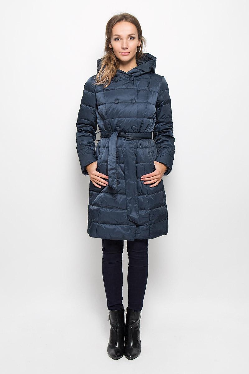 Пальто женское Sela, цвет: темно-синий. Ced-126/651-6414_м280231002. Размер M (46)Ced-126/651-6414_м280231002Удобное и теплое женское пальто Sela согреет вас в прохладную погоду и позволит выделиться из толпы. Удлиненная модель с длинными рукавами и с капюшоном выполнена из прочного полиэстера с наполнителем из пуха и пера. Изделие дополнено двумя втачными карманами и широким поясом на талии, который можно завязать. Подкладка из полиэстера надежно сохранят тепло, благодаря чему такое пальто защитит вас от ветра и холода. Это модное и комфортное пальто - отличный вариант для прогулок, оно подчеркнет ваш изысканный вкус и поможет создать неповторимый образ.