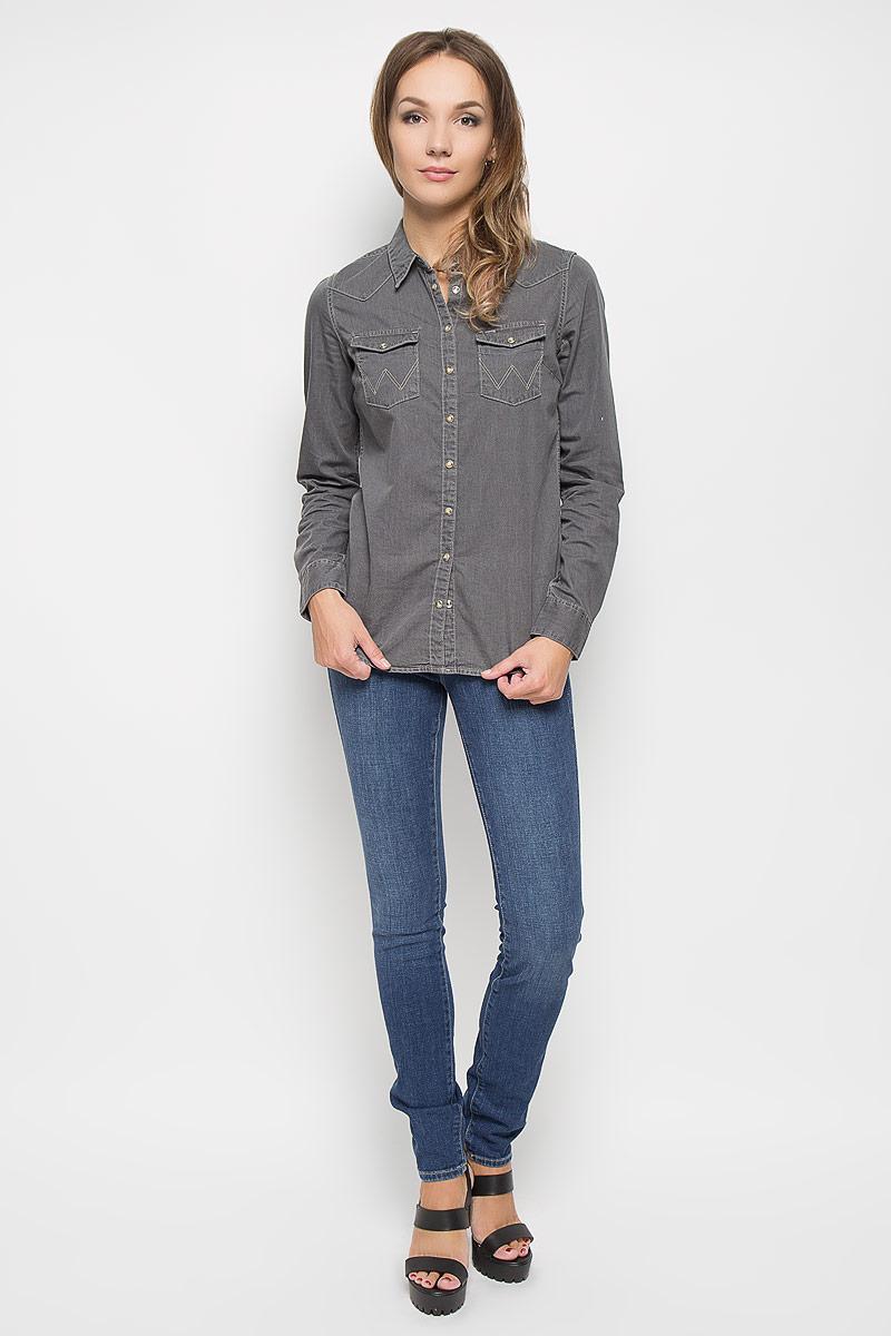Джинсы женские Wrangler Evalyn, цвет: синий. W26E9179H. Размер 32-34 (48-34)W26E9179HСтильные женские джинсы выполнены из качественного комбинированного материала. Модель зауженного к низу кроя со стандартной посадкой на талии. Джинсы застегиваются на металлическую пуговицу в поясе и ширинку на застежке-молнии, имеются шлевки для ремня. Изделие дополнено спереди двумя втачными карманами и одним маленьким накладным кармашком, а сзади - двумя накладными карманами. Оформлена модель контрастной прострочкой и эффектом потертости.