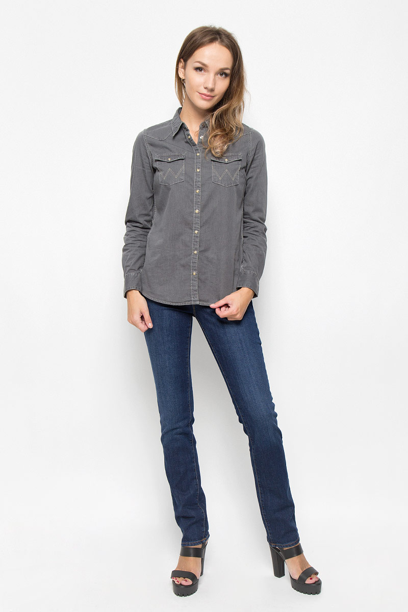 Джинсы женские Wrangler Drew, цвет: темно-синий. W24SX479G. Размер 29-30 (44/46-30)W24SX479GСтильные женские джинсы Wrangler Drew станут отличным дополнением к вашему гардеробу. Изготовленные из хлопка с добавлением эластана, они мягкие и приятные на ощупь, не сковывают движения и позволяют коже дышать. Джинсы прямого кроя по поясу застегиваются на металлическую пуговицу и имеют ширинку на застежке-молнии, а также шлевки для ремня. Модель имеет классический пятикарманный крой: спереди - два втачных кармана и один маленький накладной, а сзади - два накладных кармана. Изделие оформлено контрастной отстрочкой и легкими потертостями.Современный дизайн и расцветка делают эти джинсы модным предметом одежды. Это идеальный вариант для тех, кто хочет заявить о себе и своей индивидуальности и отразить в имидже собственное мировоззрение.